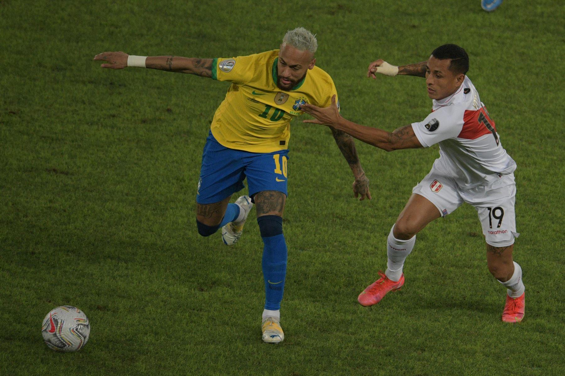 El brasileño Neymar y el peruano Yoshimar Yotun compiten por el balón durante el partido de la fase de grupos de la Copa América 2021, en el estadio Nilton Santos de Río de Janeiro, Brasil. Foto: AFP
