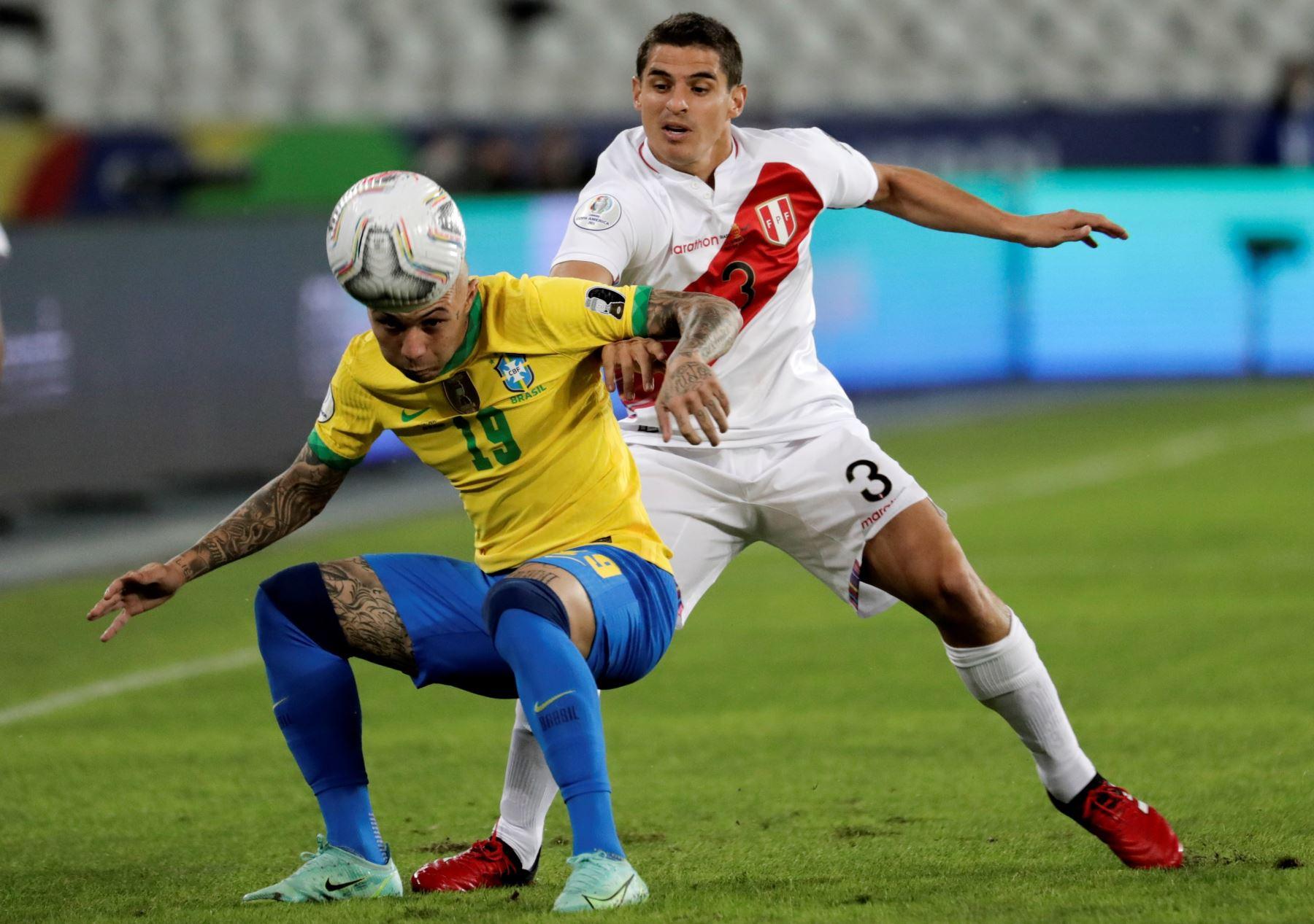 Everton de Brasil disputa un balón con Aldo Corzo de Perú durante un partido por el grupo B de la Copa América, en el Estadio Olímpico Nilton Santos, en Río de Janeiro, Brasil. Foto: EFE