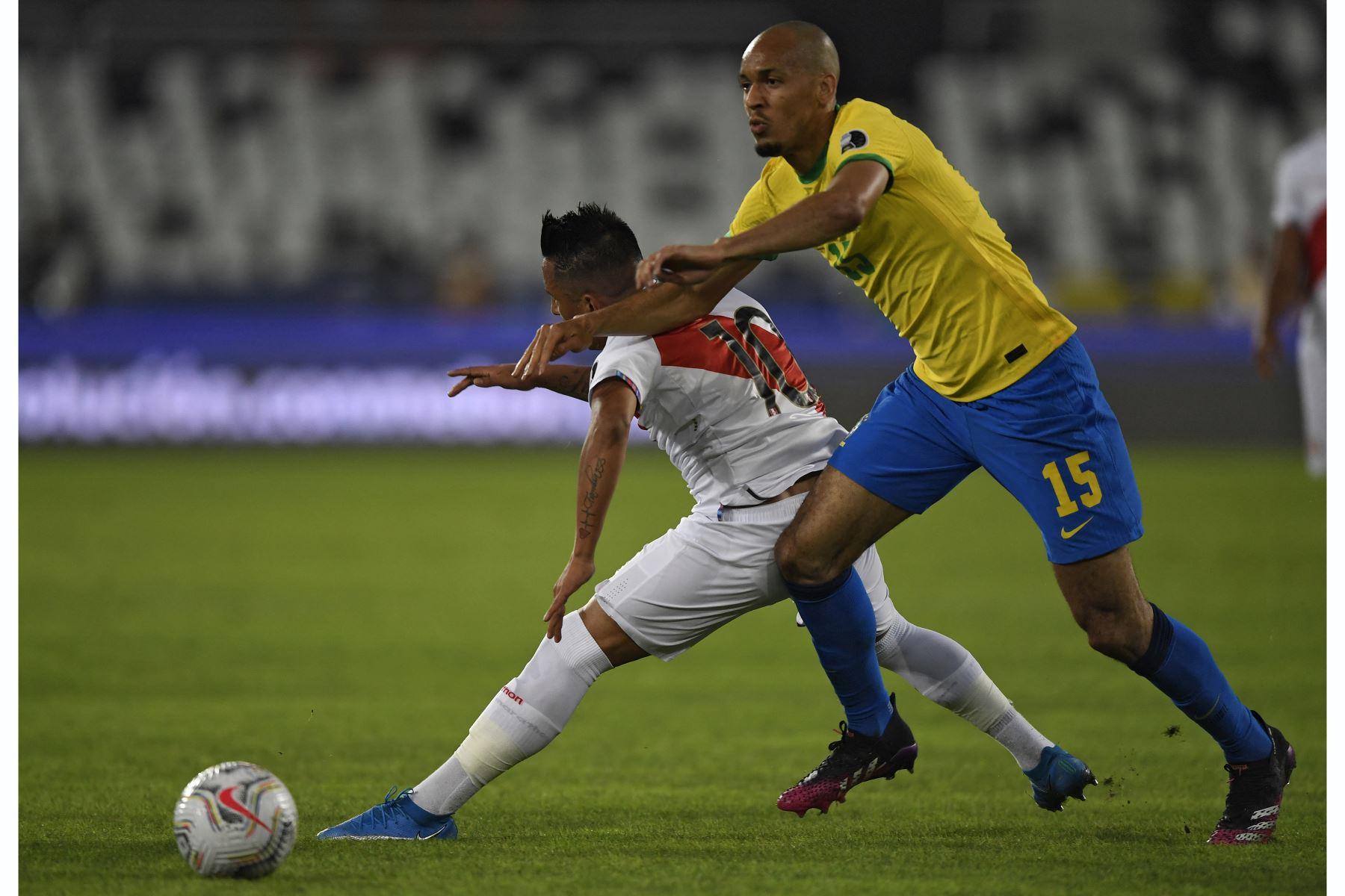 El brasileño Fabinho y el peruano Christian Cueva compiten por el balón durante el partido de la fase de grupos la Copa América, en el Estadio Nilton Santos de Río de Janeiro, Brasil. Foto: AFP