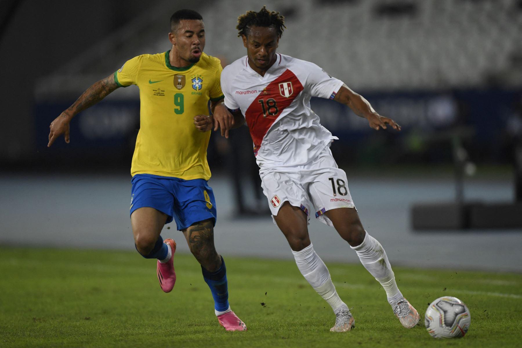 El brasileño Gabriel Jesús y el peruano Andre Carrillo compiten por el balón durante el partido de la fase de grupos de la Copa América, en el estadio Nilton Santos de Río de Janeiro, Brasil. Foto. AFP