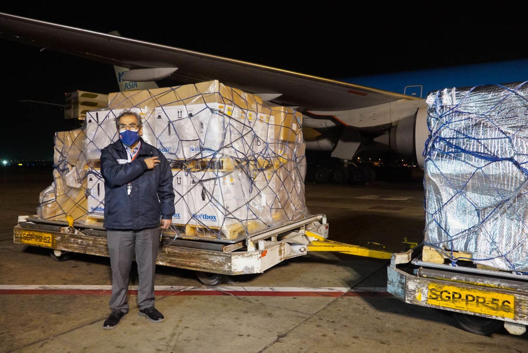 El ministro de Salud, Óscar Ugarte, supervisó el arribo de  nuevo lote de 497 250 dosis de vacunas Pfizer contra la covid-19. Foto: ANDINA/Minsa
