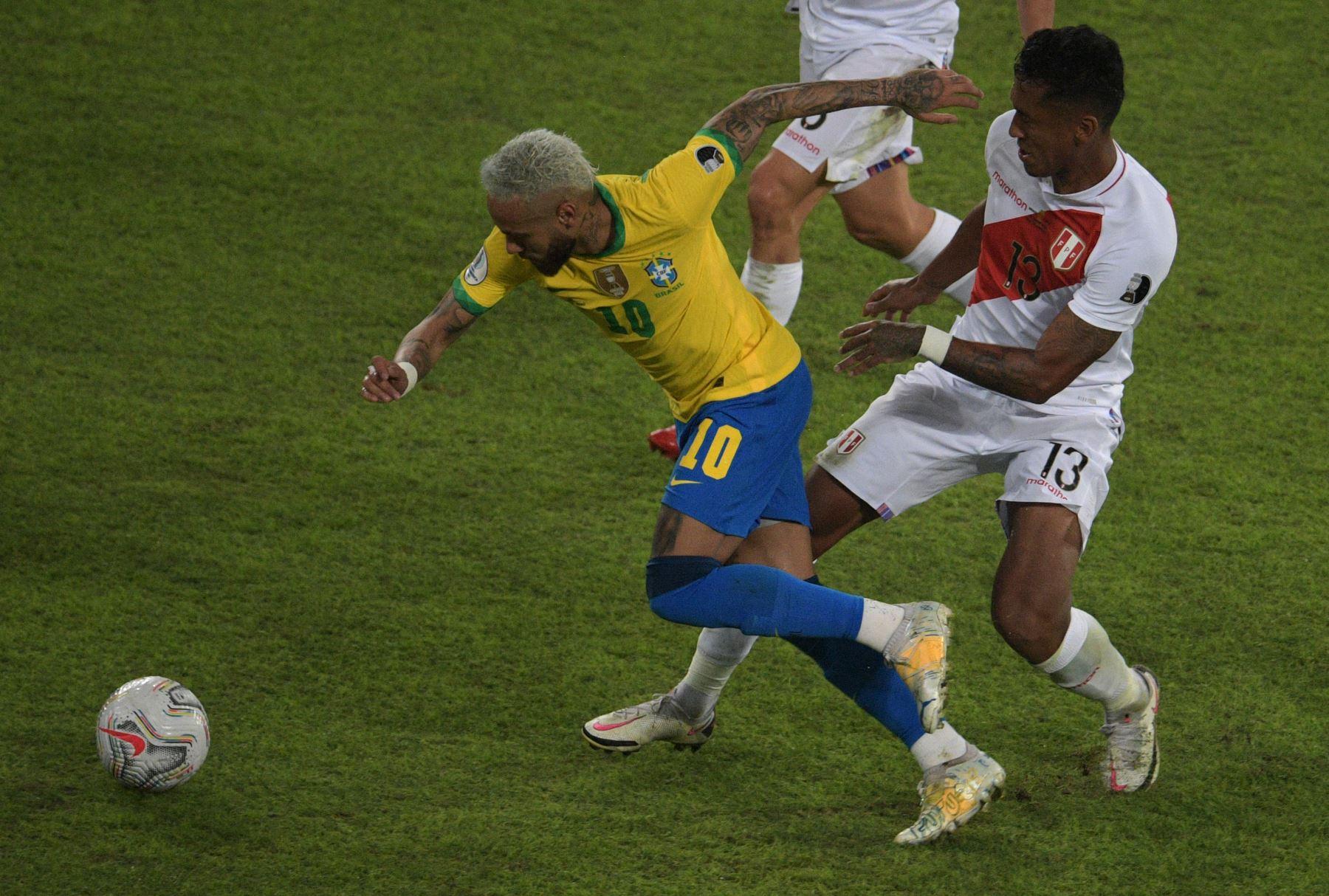 El peruano Renato Tapia y el brasileño Neymar compiten por el balón durante el partido de la fase de grupos de la Copa América 2021, en el estadio Nilton Santos de Río de Janeiro, Brasil. Foto: AFP