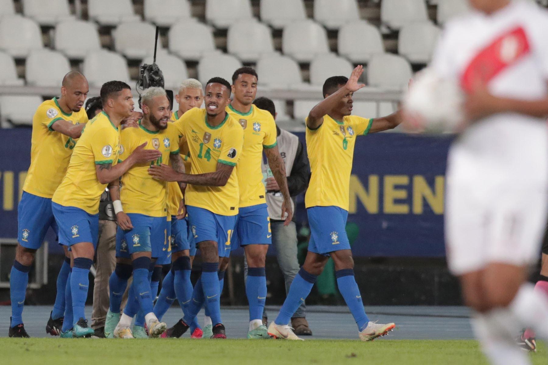 Jugadores de Brasil felicitan a Neymar tras anotar un gol durante partido por el grupo B de la Copa América, en el Estadio Olímpico Nilton Santos, en Río de Janeiro, Brasil. Foto: EFE