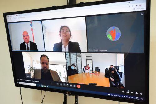 Imagen del encuentro virtual entre el embajador Jaime Pomareda y el alcalde Gonzalo Durán. Foto: Municipalidad de Independencia / Facebook.