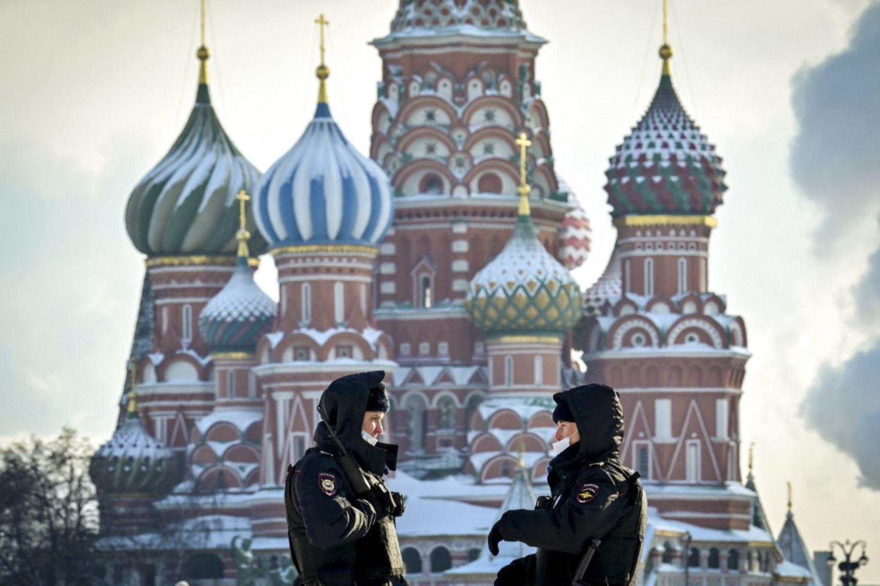La propagación de la variante Delta del coronavirus en Moscú disparó este viernes los contagios a una cifra récord en la capital rusa, obligando a tomar medidas para los eventos públicos, como el cierre de la zona para aficionados de la Eurocopa de fútbol. Foto: AFP