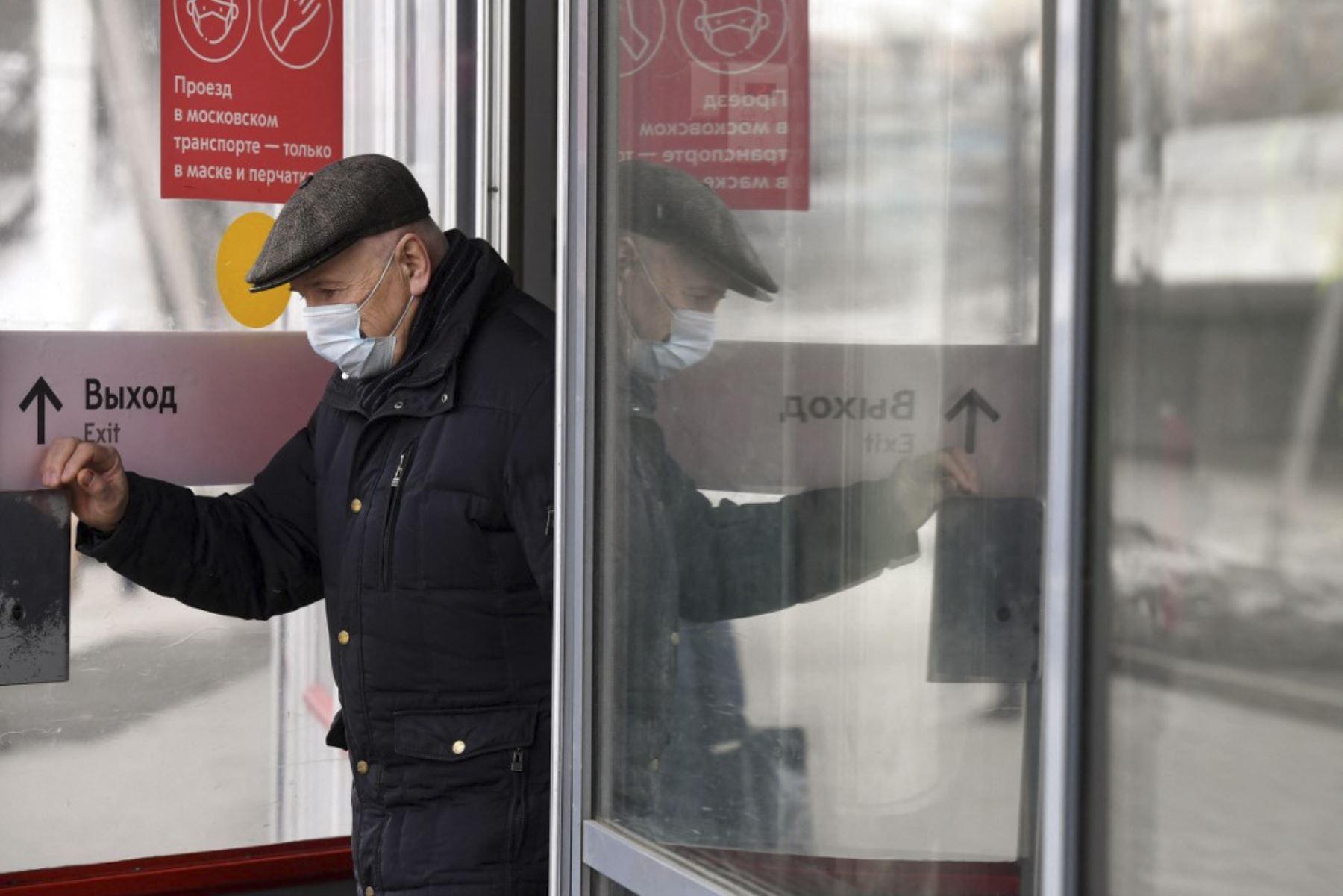 El aumento se imputa a una campaña de vacunación demasiado lenta por la desconfianza de los rusos hacia las vacunas desarrolladas en el país, así como por la ausencia de restricciones durante meses, la aparición de variantes más virulentas y el incumplimiento de las normas de distanciamiento y del uso de mascarillas. Foto: AFP