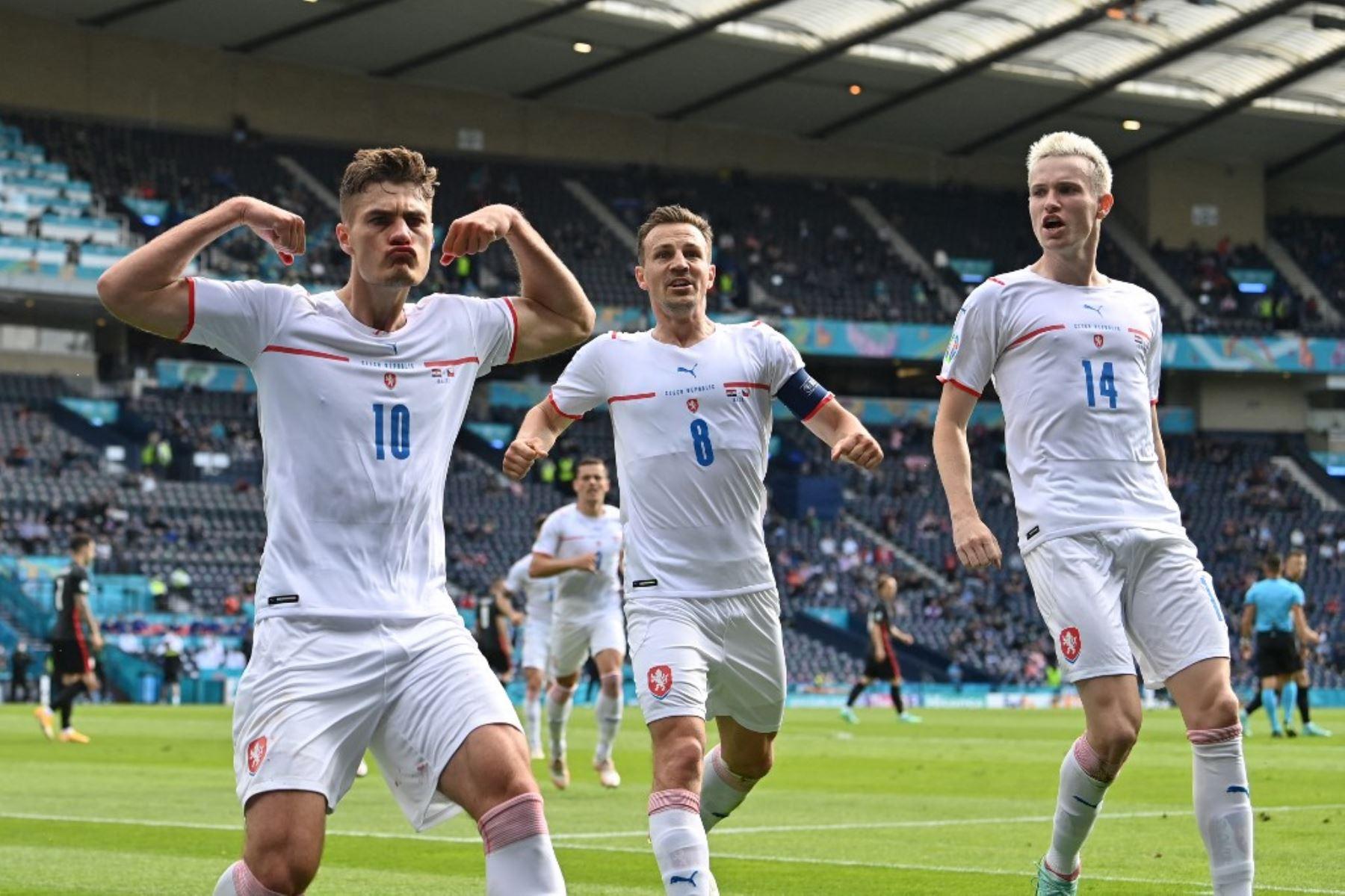 El delantero de la República Checa Patrik Schick (L) celebra después de anotar el gol inicial desde el punto de penalti durante el partido de fútbol del Grupo D de la UEFA EURO 2020 entre Croacia y la República Checa en Hampden Park en Glasgow el 18 de junio de 2021. Foto: AFP