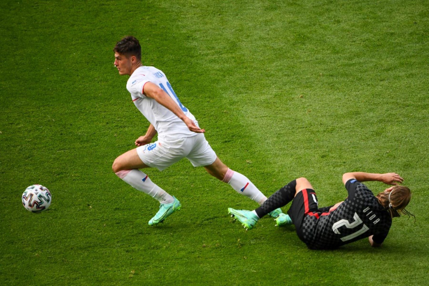 El defensor de Croacia Domagoj Vida cae junto al delantero de la República Checa Patrik Schick (L) durante el partido de fútbol del Grupo D de la UEFA EURO 2020 entre Croacia y la República Checa en Hampden Park en Glasgow el 18 de junio de 2021. Foto: AFP