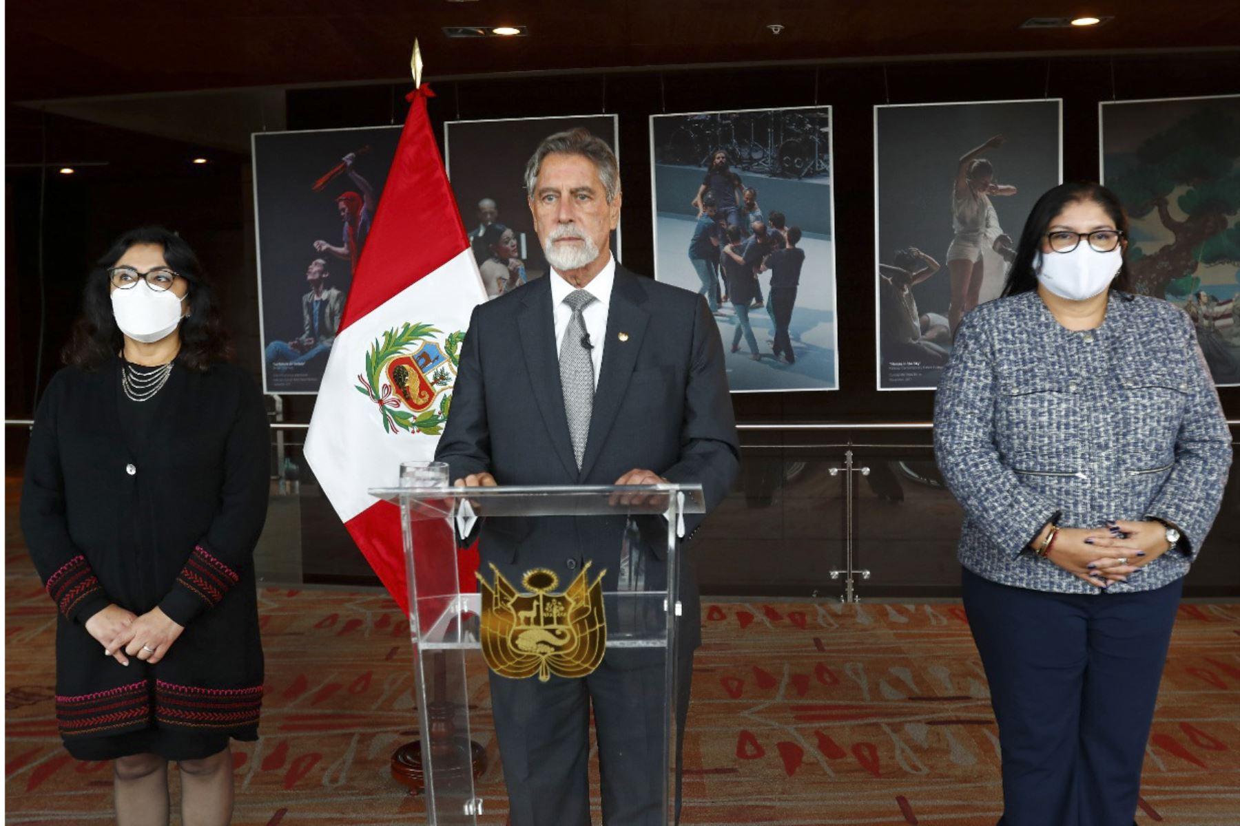 Pronunciamiento del presidente Francisco Sagasti acompañado de la presidenta del Consejo de Ministros, Violeta Bermúdez, y de la ministra de Defensa, Nuria Esparch. ANDINA/Prensa Presidencia