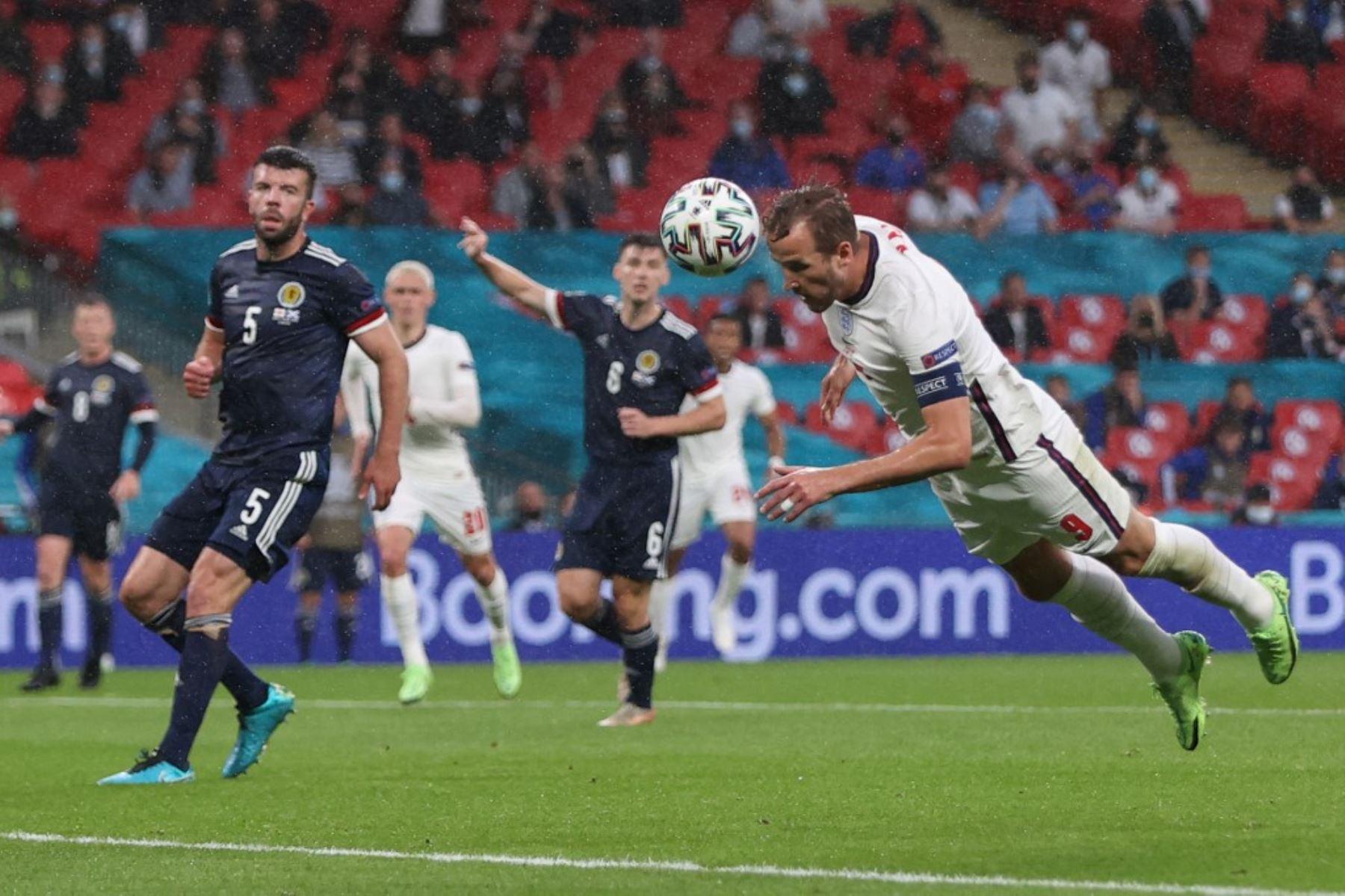 El delantero de Inglaterra Harry Kane (R) cabecea el balón durante el partido de fútbol del Grupo D de la UEFA EURO 2020 entre Inglaterra y Escocia en el estadio de Wembley en Londres el 18 de junio de 2021. Foto: AFP