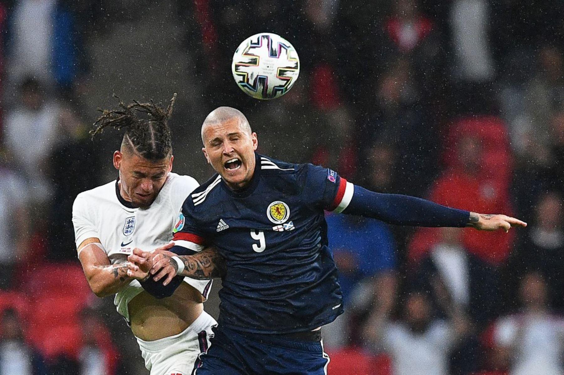 El mediocampista de Inglaterra, Kalvin Phillips, y el delantero de Escocia, Lyndon Dykes, compiten por el balón durante el partido de fútbol del Grupo D de la UEFA EURO 2020 entre Inglaterra y Escocia en el estadio de Wembley en Londres el 18 de junio de 2021. Foto: AFP