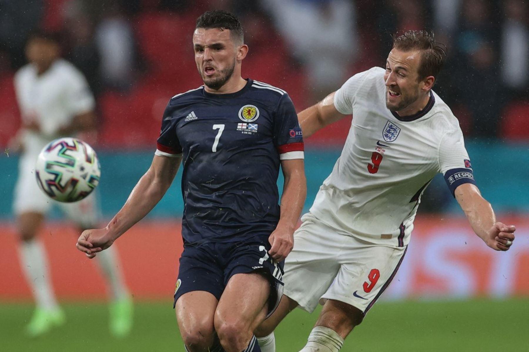El mediocampista escocés John McGinn (izq.) Pelea por el balón con el delantero inglés Harry Kane durante el partido de fútbol del Grupo D de la UEFA EURO 2020 entre Inglaterra y Escocia en el estadio de Wembley en Londres el 18 de junio de 2021. Foto: AFP