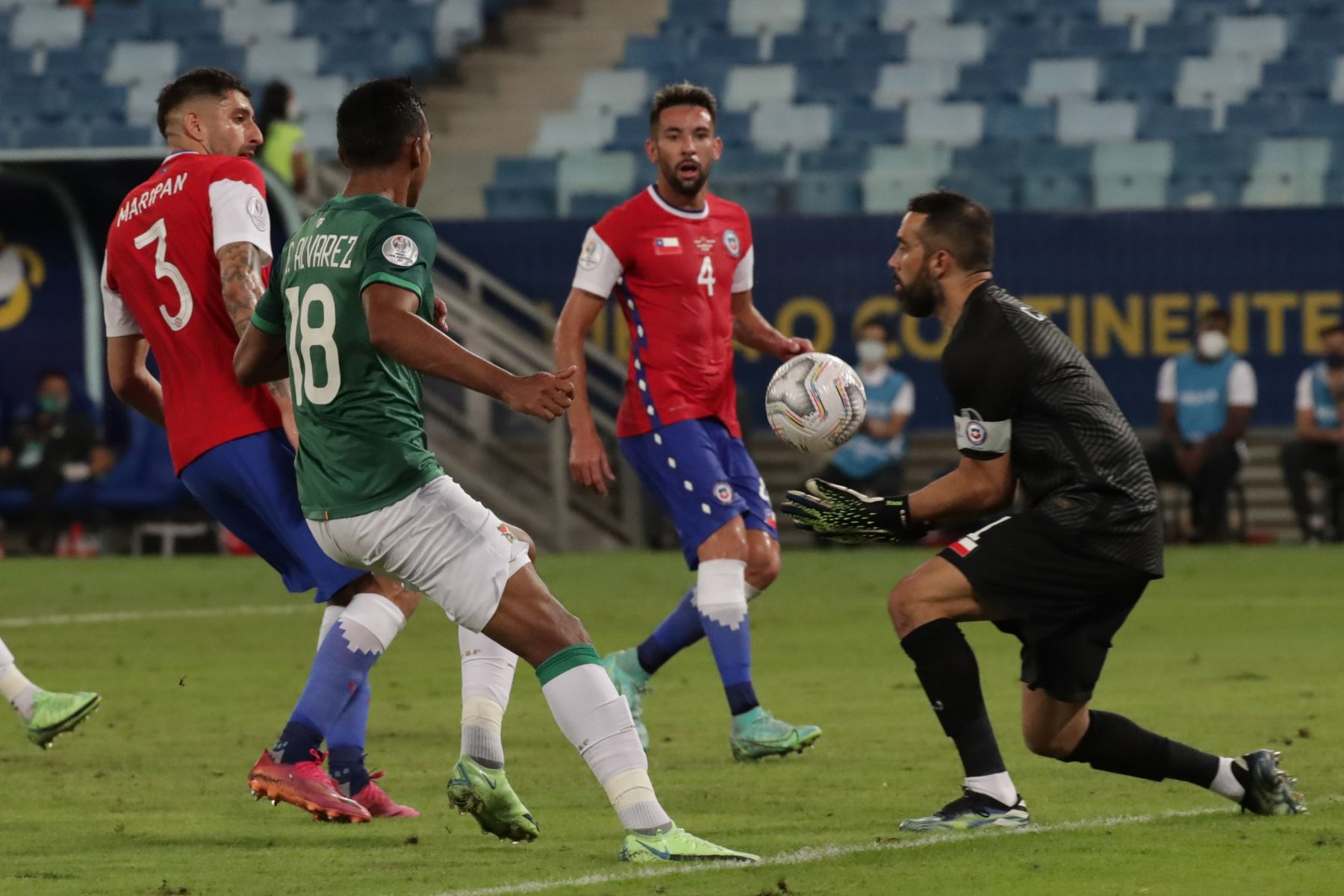 El arquero de Chile Claudio Bravo atrapa un balón ante Bolivia durante un partido por el grupo A de la Copa América, en el estadio Arena Pantanal de Cuiabá, Brasil. Foto: EFE
