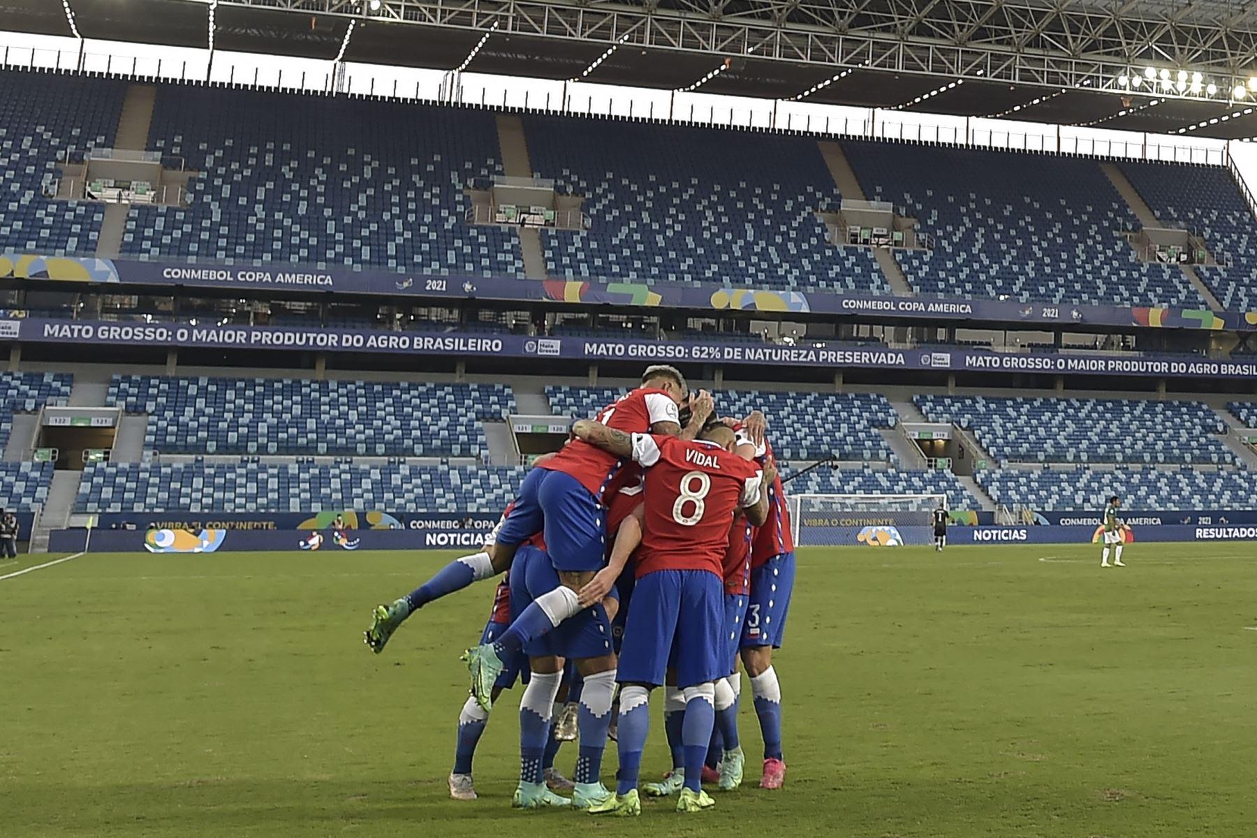 Los jugadores de Chile celebran después de que su compañero Ben Brereton anotó contra Bolivia durante el partido de la fase de grupos de la Copa América, en el Pantanal Arena de Cuiabá, Brasil. Foto: AFP