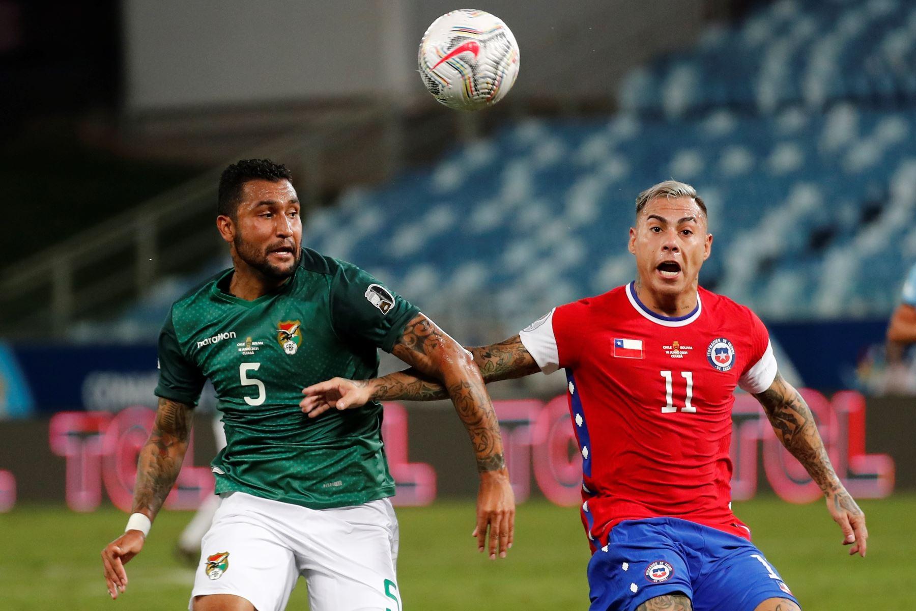 Eduardo Vargas de Chile disputa el balón con Adrián Jusino de Bolivia durante partido por el grupo A de la Copa América, en el estadio Arena Pantanal de Cuiabá, Brasil. Foto: EFE