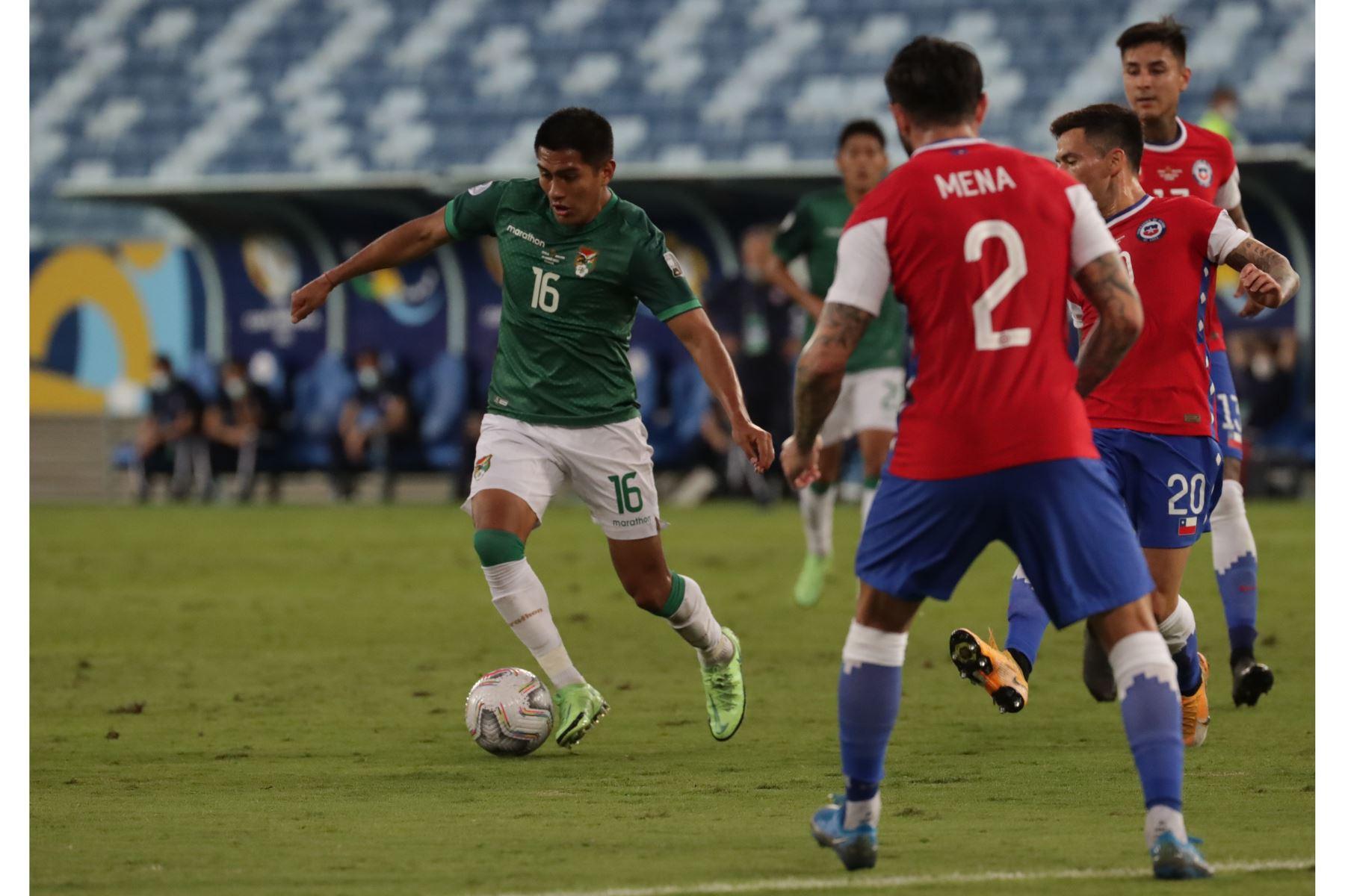 Erwin Saavedra de Bolivia avanza con el balón ante la marca Chile durante un partido por el grupo A de la Copa América, en el estadio Arena Pantanal de Cuiabá, Brasil. Foto: EFE