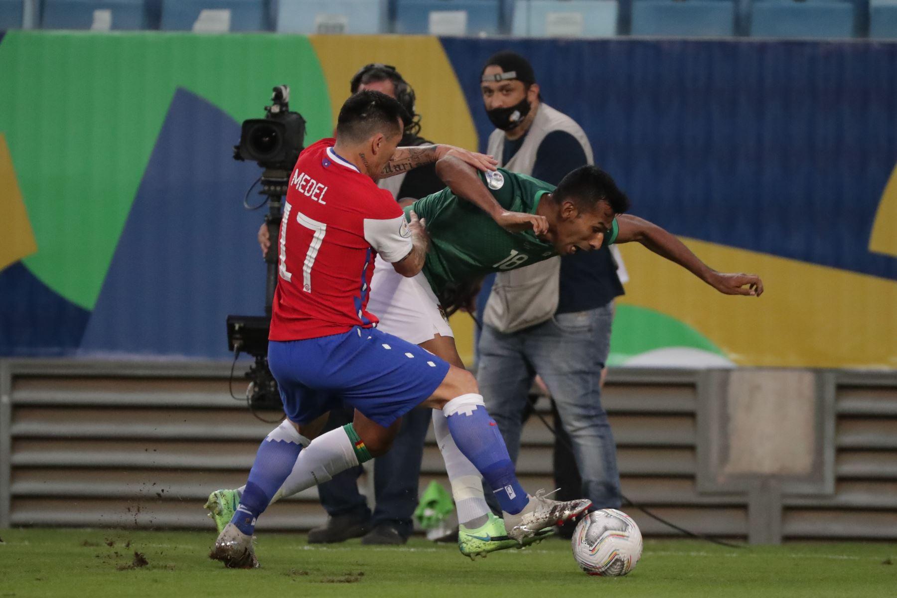 Gary Medel de Chile disputa el balón con Gilbert Álvarez de Bolivia durante un partido por el grupo A de la Copa América, en el estadio Arena Pantanal de Cuiabá, Brasil. Foto: EFE