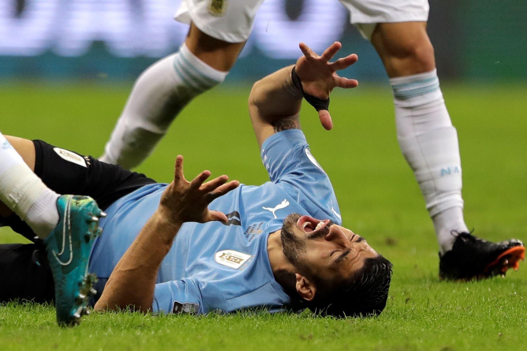 Luis Suárez de Uruguay reacciona durante un partido por el grupo A de la Copa América, en el estadio Mané Garrincha, en Brasil. Foto: EFE