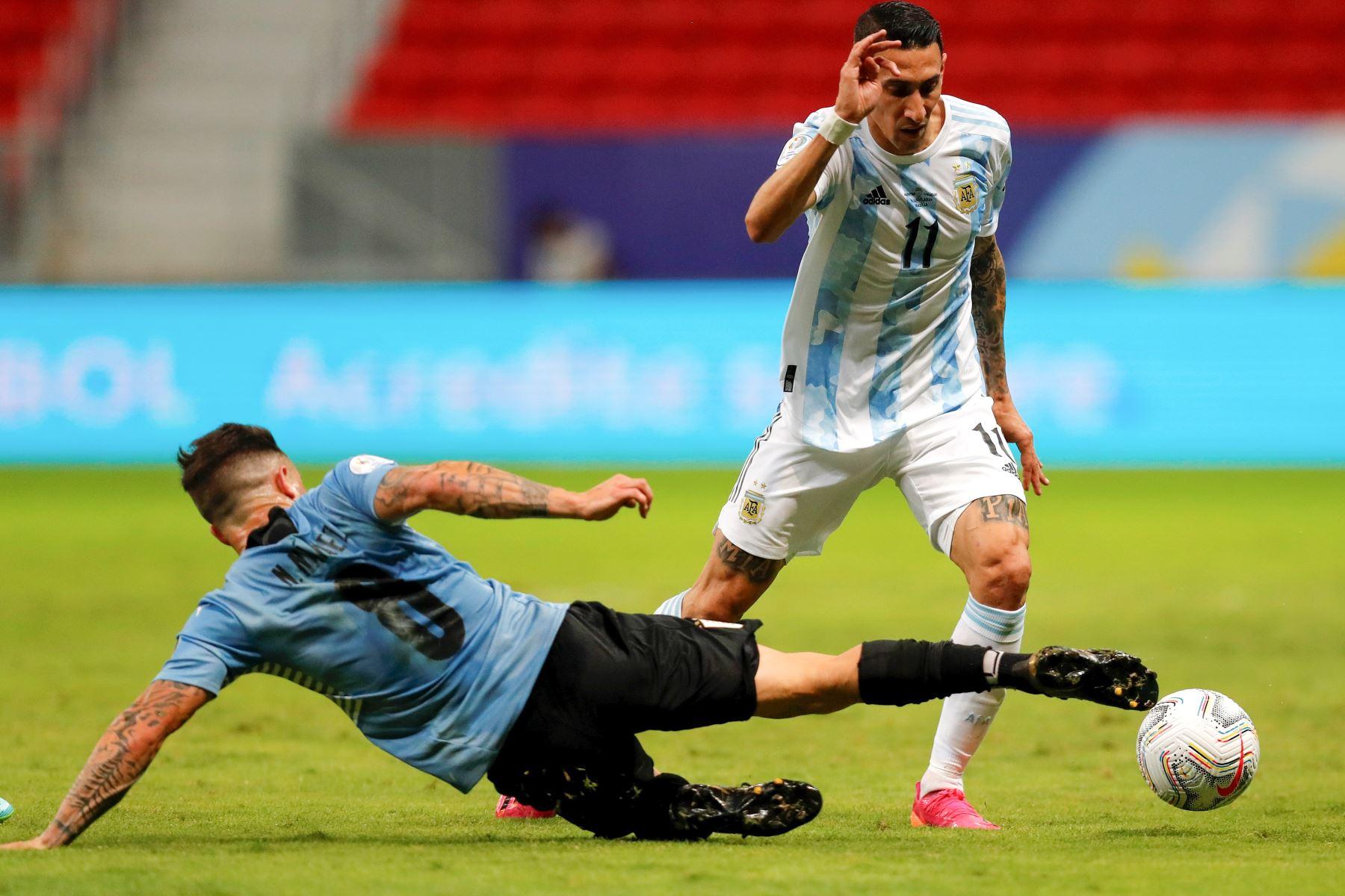 Ángel Di María de Argentina disputa el balón con Nahitan Nández de Uruguay durante un partido por el grupo A de la Copa América, en el estadio Mané Garrincha, en Brasil. Foto: EFE