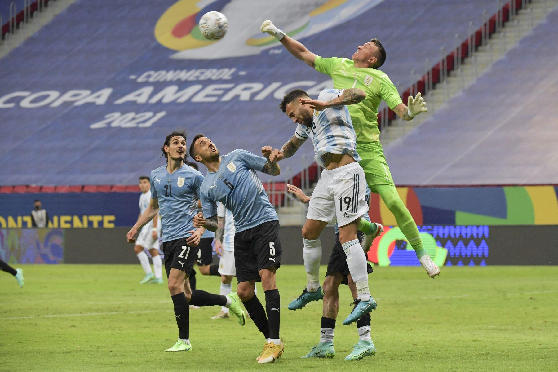 El arquero uruguayo Fernando Muslera salta por el balón junto al argentino Nicolás Otamendi mientras los uruguayos Edinson Cavani y Matías Vecino siguen atentos la jugada durante el partido por la fase de grupos de la Copa América, en el estadio Mane Garrincha, en Brasil. Foto: AFP