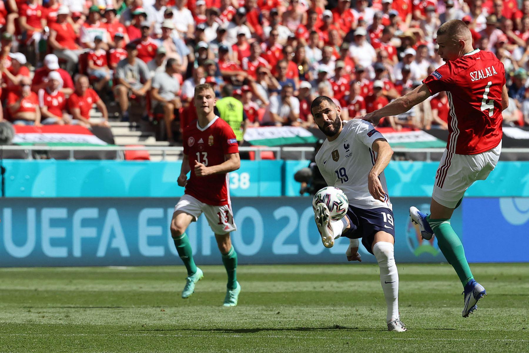 El delantero francés Karim Benzema (C) dispara al defensor de Hungría Attila Szalai durante el partido de fútbol del Grupo F de la UEFA EURO 2020 entre Hungría y Francia en el Puskas Arena de Budapest. Foto: AFP