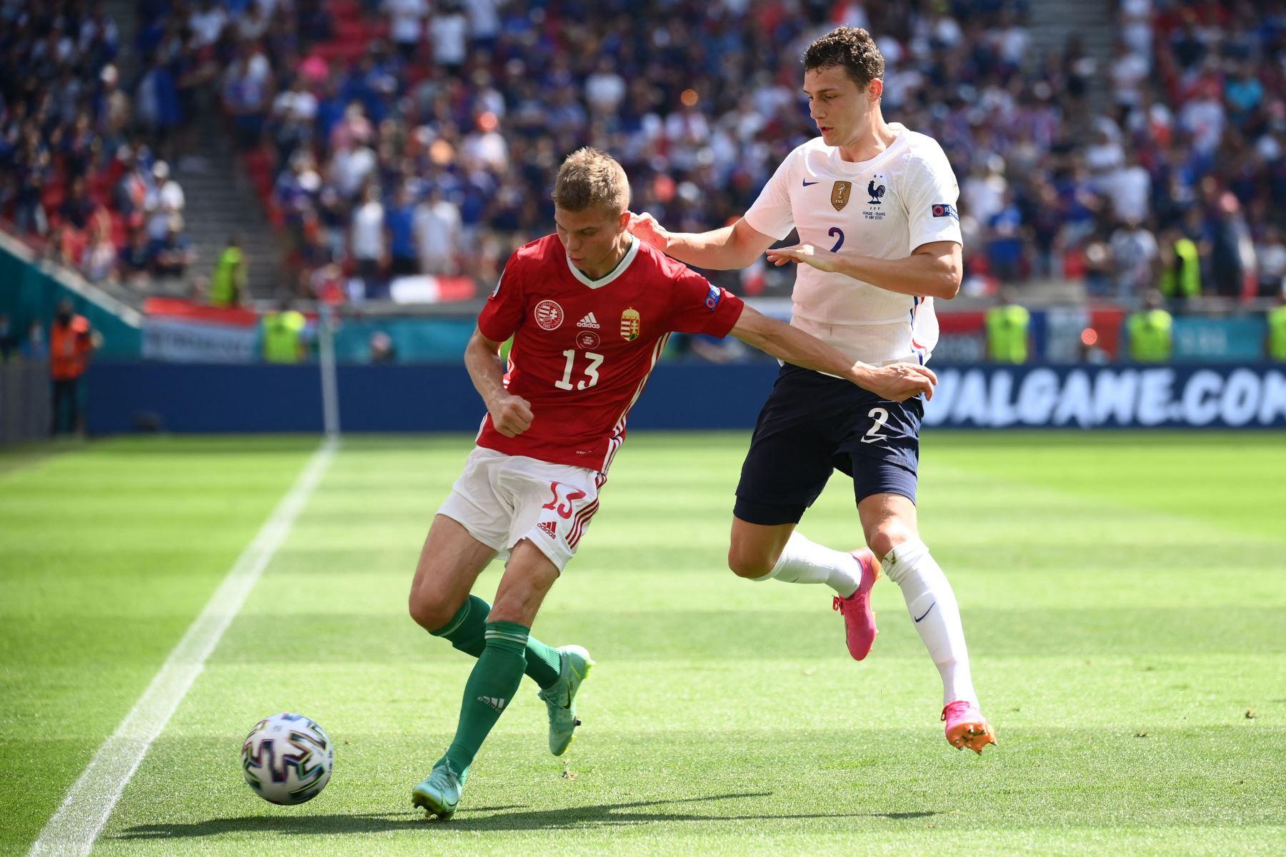 El mediocampista húngaro Andras Schafer y el defensa francés Benjamin Pavard compiten durante el partido de fútbol del Grupo F de la UEFA EURO 2020 entre Hungría y Francia en el Puskas Arena de Budapest. Foto: AFP