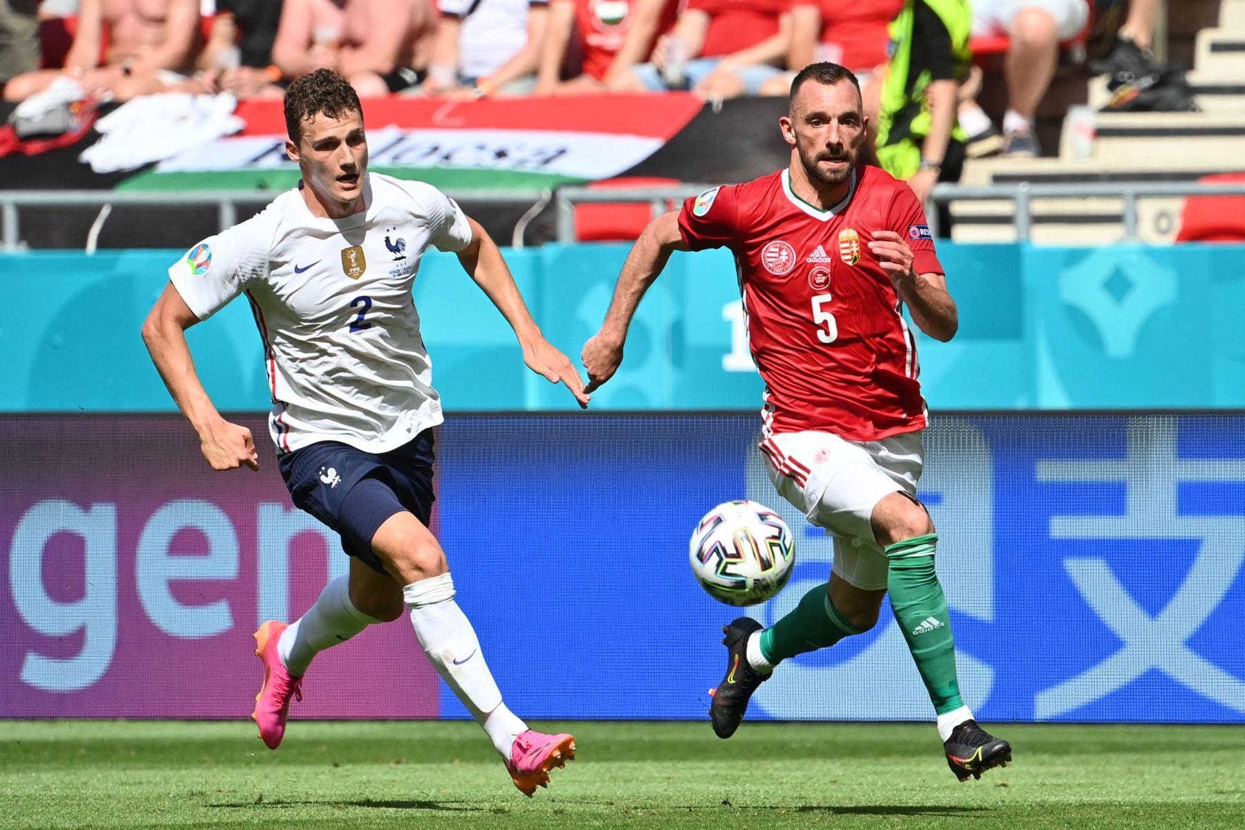 El defensor de Hungría Attila Fiola (R) supera al defensor de Francia Benjamin Pavard para marcar el gol de apertura durante el partido de fútbol del Grupo F de la UEFA EURO 2020 entre Hungría y Francia en el Puskas Arena de Budapest. Foto: AFP