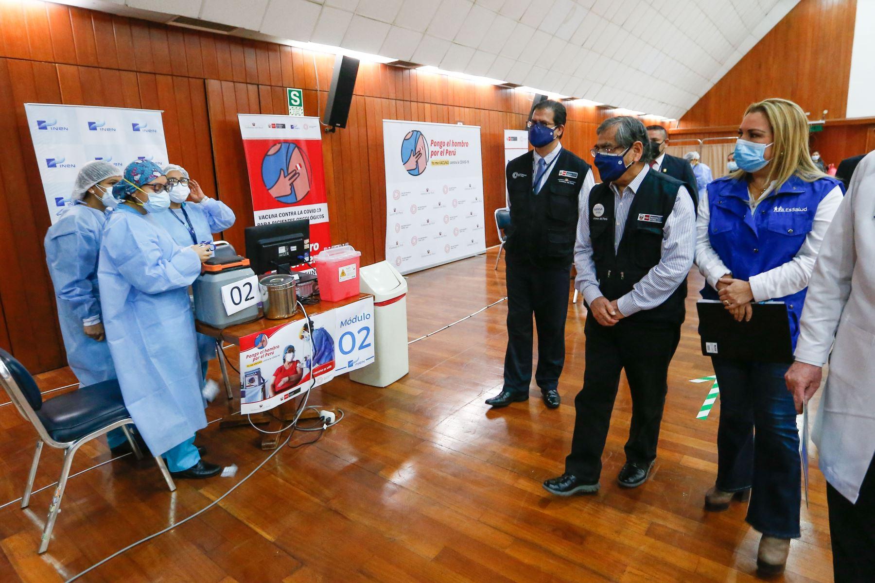 Ministro de Salud, Óscar Ugarte participa en el inicio de vacunación contra la covid - 19 a pacientes oncológicos. Foto: Minsa