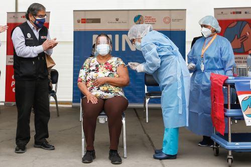 Ministro de Salud participa en el inicio de vacunación contra la covid - 19 a pacientes oncológicos