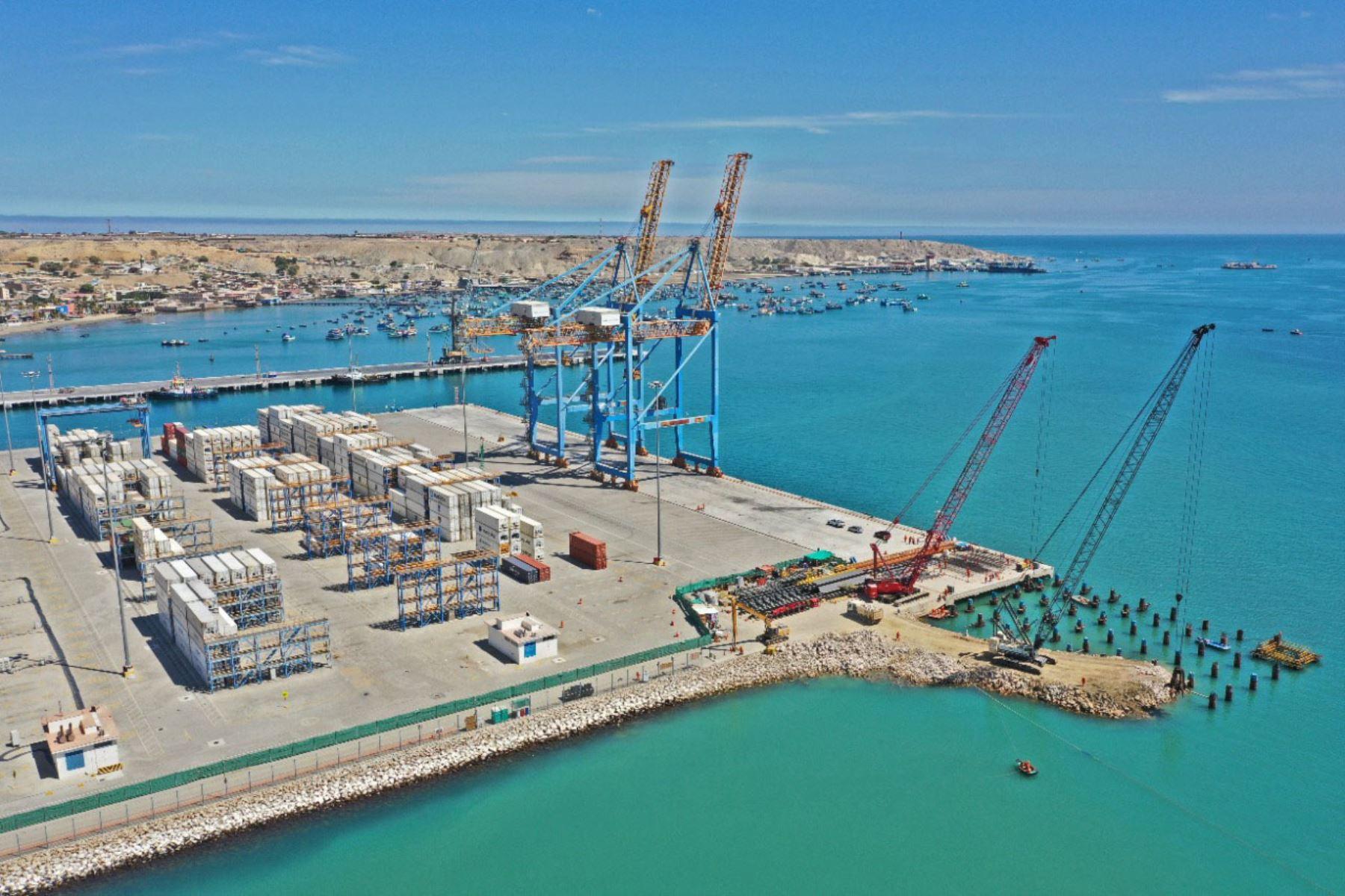 Ministro de Transportes y Comunicaciones, Eduardo González, recorrió las instalaciones del Terminal Portuario de Paita, donde se desarrollan las obras ampliación del Muelle Marginal. Foto: MTC
