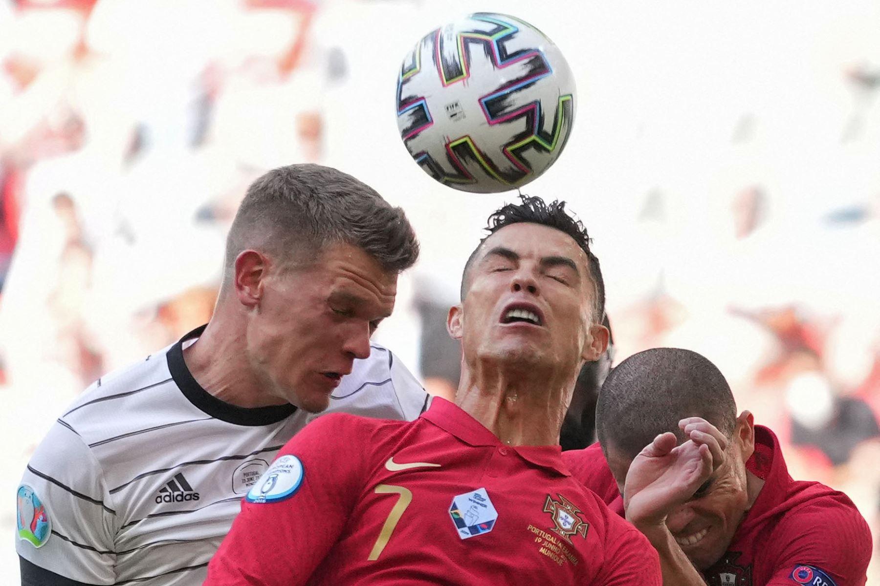 El delantero portugués Cristiano Ronaldo  sube de cabeza contra el defensor alemán Matthias Ginter durante el partido de fútbol del Grupo F de la UEFA EURO 2020 entre Portugal y Alemania en el Allianz Arena de Múnich. Foto : AFP