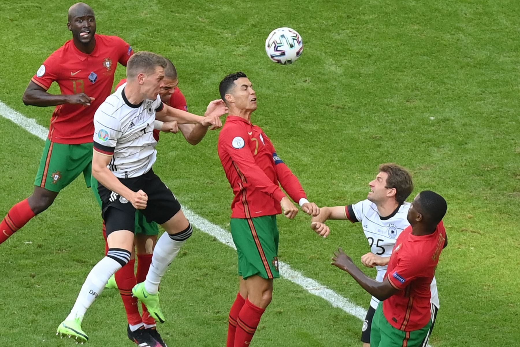 El delantero portugués Cristiano Ronaldo, el defensor alemán Matthias Ginter y el delantero alemán Thomas Mueller disputan un balón alto durante el partido de fútbol del Grupo F de la UEFA EURO 2020 entre Portugal y Alemania en el Allianz Arena de Múnich. Foto: AFP