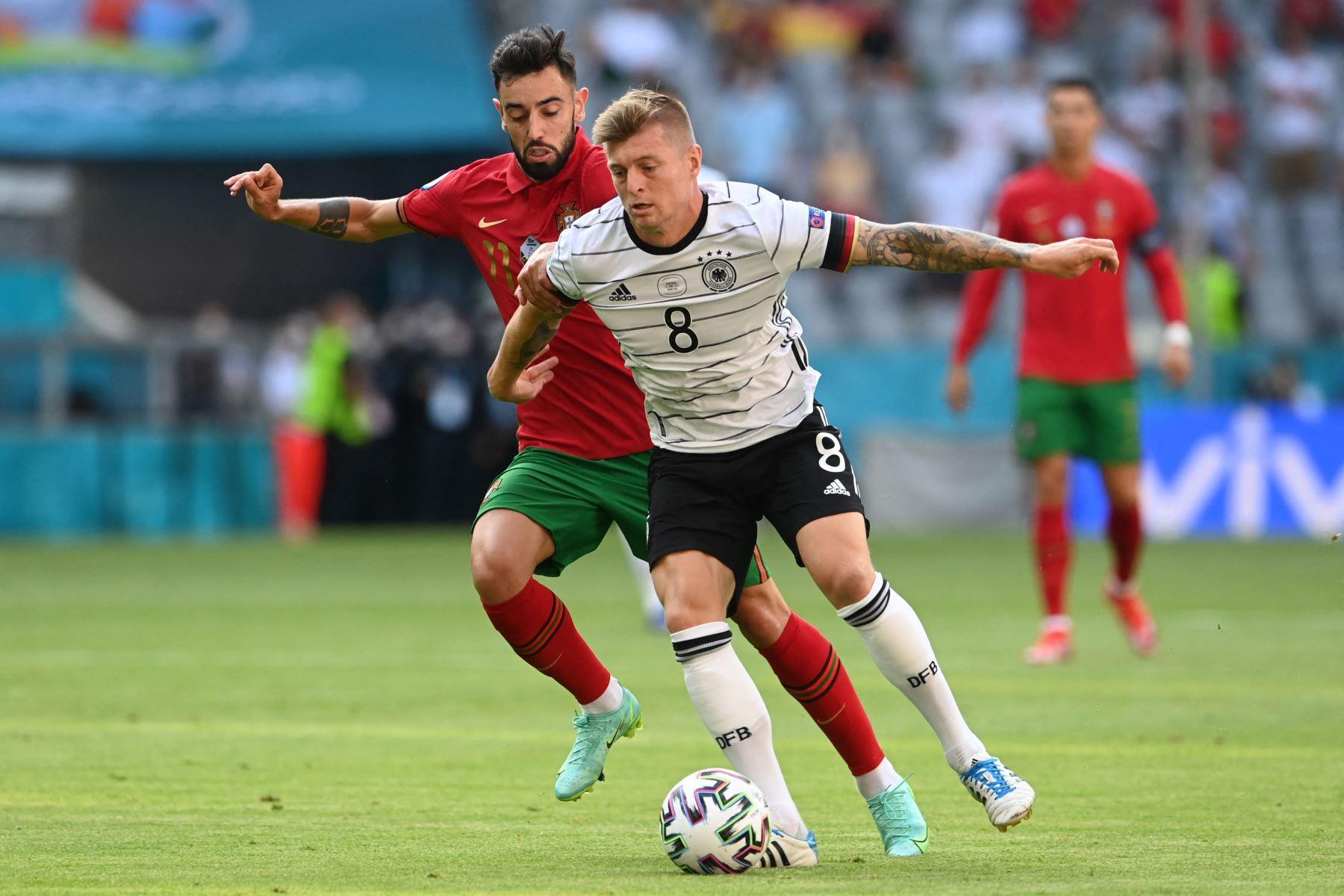 El mediocampista portugués Bruno Fernandes desafía al mediocampista alemán Toni Kroos durante el partido de fútbol del Grupo F de la UEFA EURO 2020 entre Portugal y Alemania en el Allianz Arena en Munich, Alemania. Foto: AFP