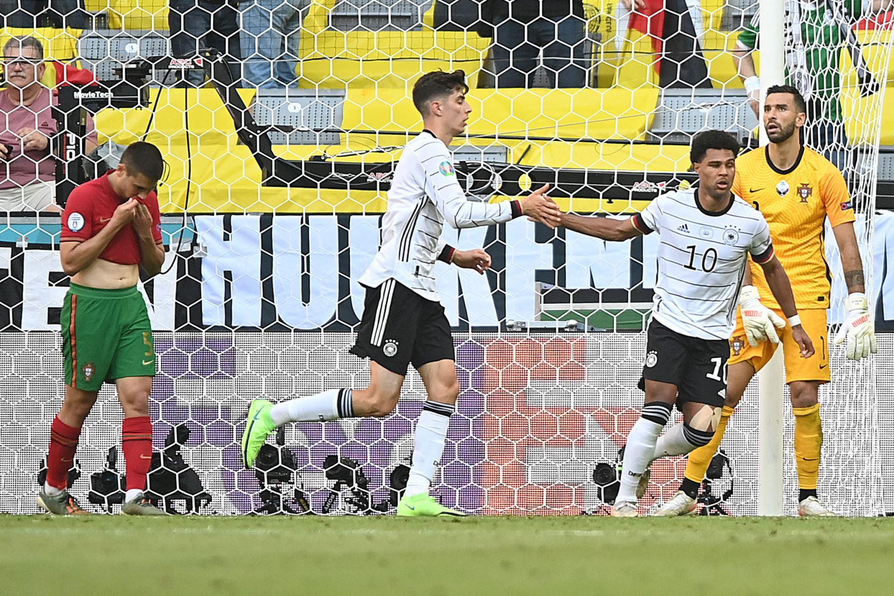 El centrocampista alemán Serge Gnabry celebra su segundo gol, un gol en propia meta anotado por el defensor de Portugal Raphael Guerreiro con el delantero alemán Kai Havertz  durante el partido de fútbol del Grupo F de la UEFA EURO 2020 entre Portugal y Alemania en el Allianz Arena en Munich. Foto: AFP