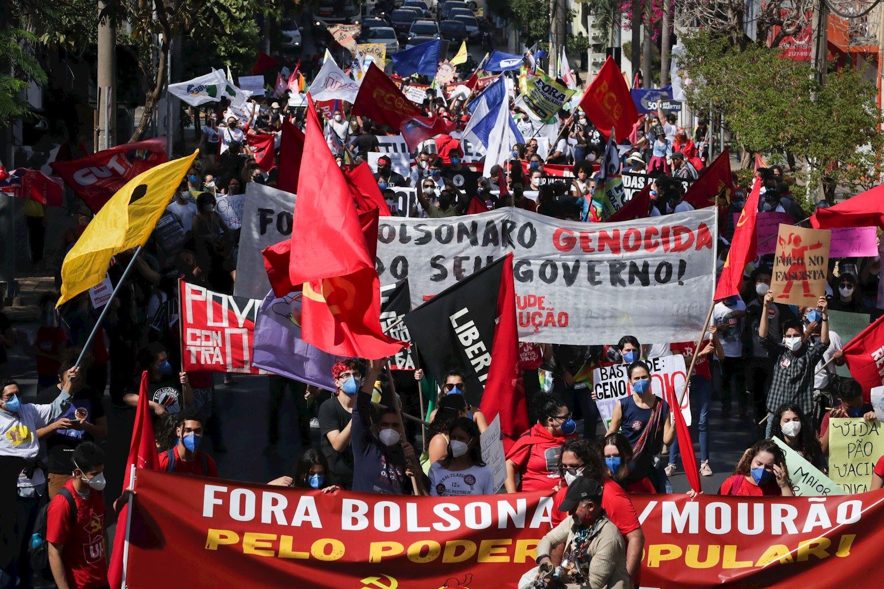 Calles de Brasil se llenan de carteles en protesta contra gobierno de Bolsonaro. Foto: EFE