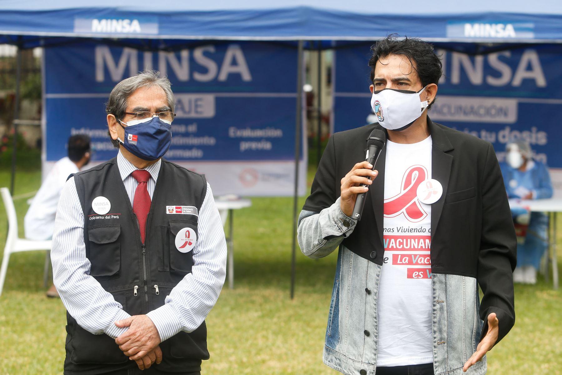 Ministro de Salud, Oscar Ugarte Supervisa  vacunación contra la covid -19 a personas viviendo con VIH.En la imagen el actor Ernesto Pimentel. Foto: Minsa