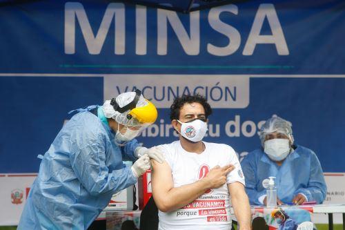 Ministro de Salud supervisa  vacunación contra la covid -19 a personas viviendo con VIH