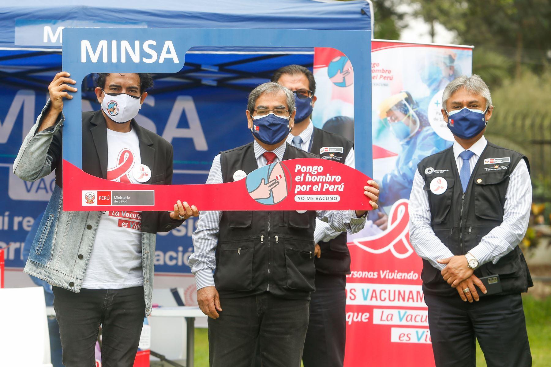 Ministro de Salud, Oscar Ugarte Supervisa  vacunación contra la covid -19 a personas viviendo con VIH. Foto: Minsa