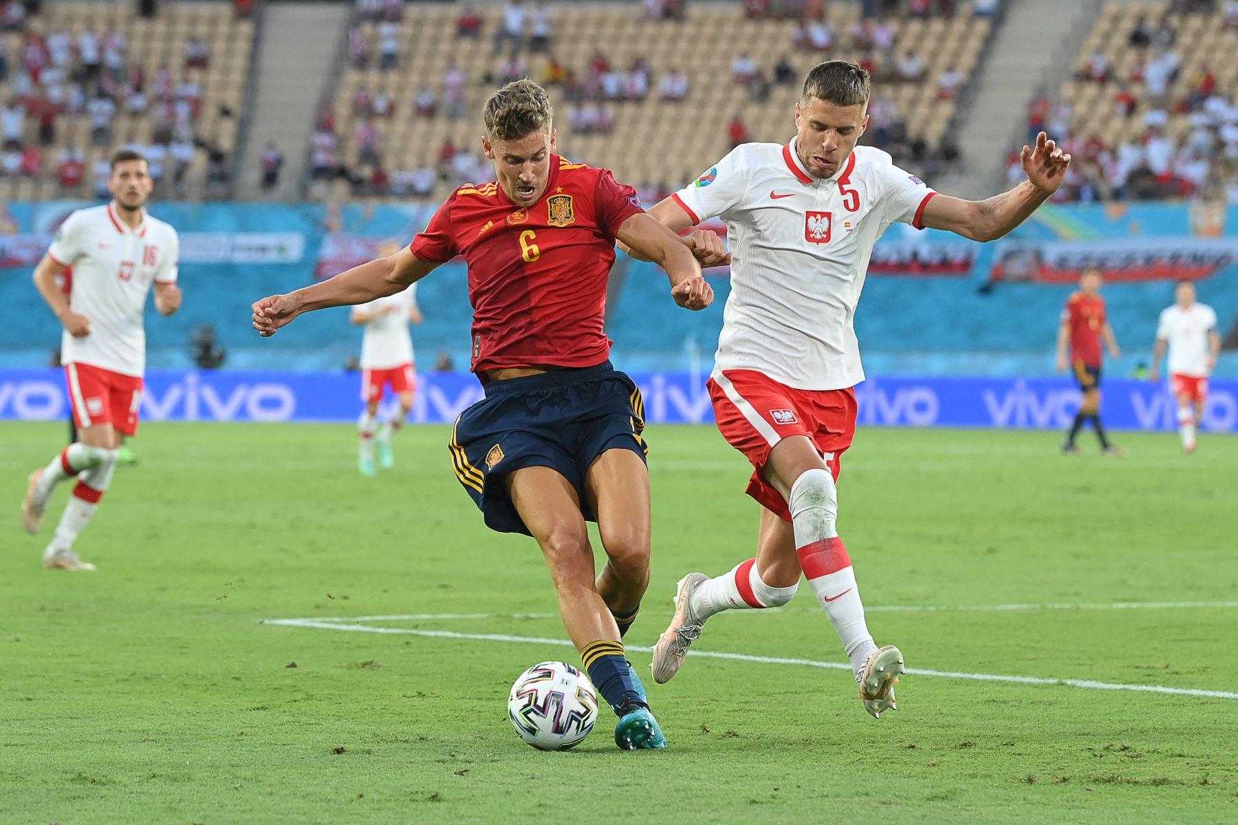 El mediocampista español Marcos Llorente está marcado por el defensor de Polonia Jan Bednarek (R) durante el partido de fútbol del Grupo E de la UEFA EURO 2020 entre España y Polonia en el Estadio La Cartuja en Sevilla, España. Foto: AFP