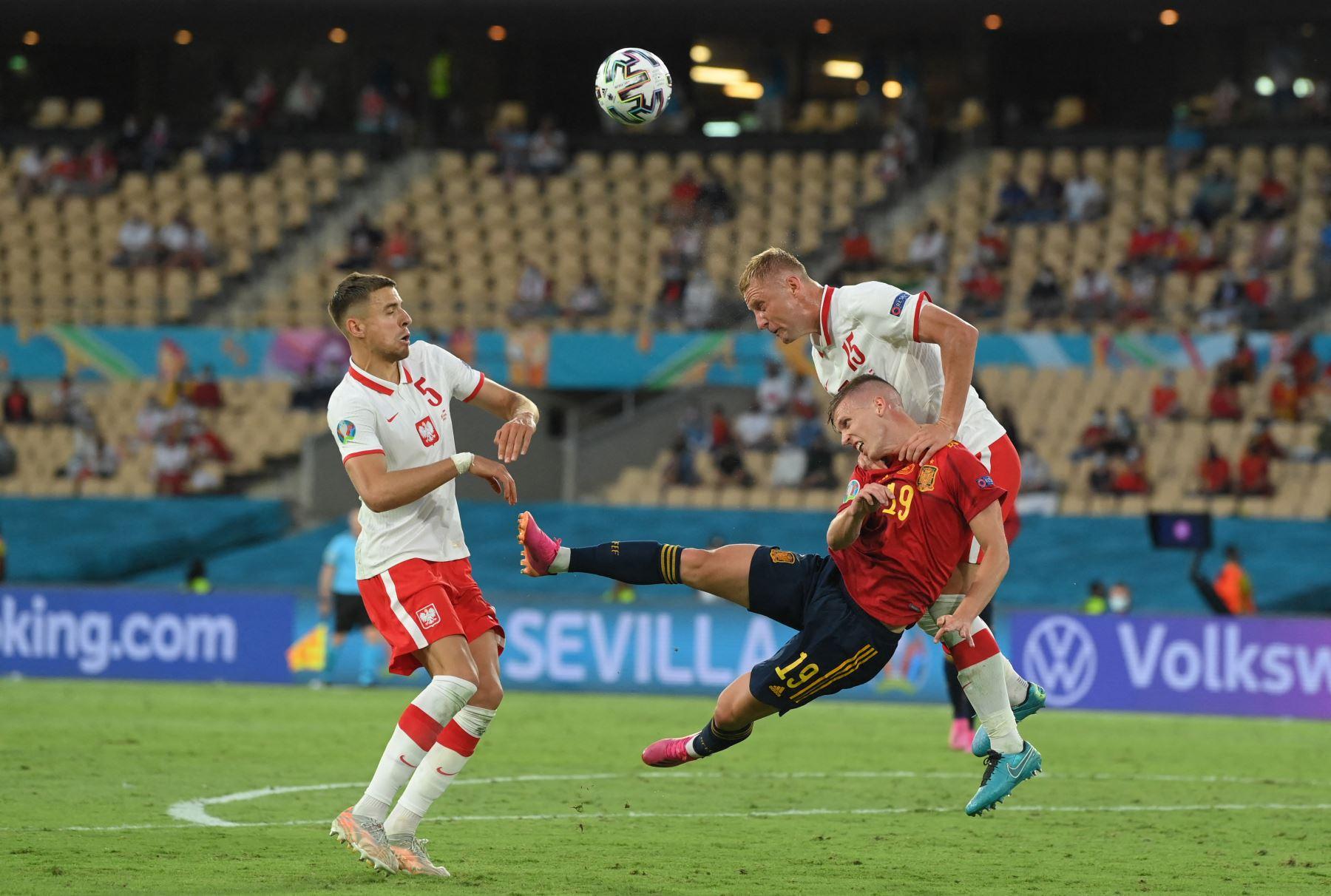 El defensor polaco Kamil Glik (R) compite por el balón con el mediocampista español Daniel Olmo (C) durante el partido de fútbol del Grupo E de la UEFA EURO 2020 entre España y Polonia en el Estadio La Cartuja en Sevilla, España. Foto: AFP