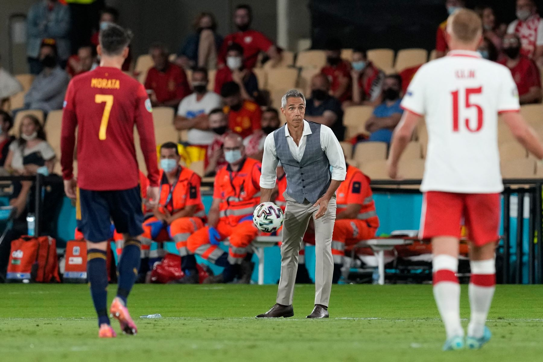 El entrenador portugués de Polonia Paulo Sousa (C) se prepara para pasar el balón a los jugadores durante el partido de fútbol del Grupo E de la UEFA EURO 2020 entre España y Polonia en el Estadio La Cartuja en Sevilla, España. Foto: AFP