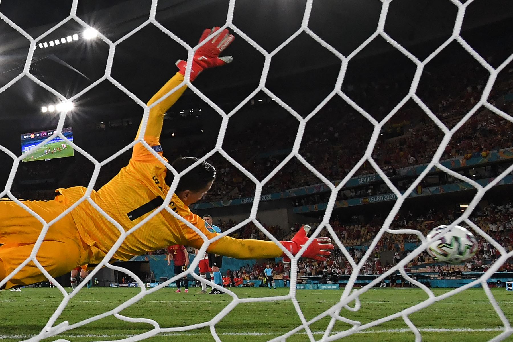 El portero polaco Wojciech Szczesny observa cómo el penalti golpea el poste de la portería durante el partido de fútbol del Grupo E de la UEFA EURO 2020 entre España y Polonia en el Estadio La Cartuja en Sevilla, España. Foto: AFP