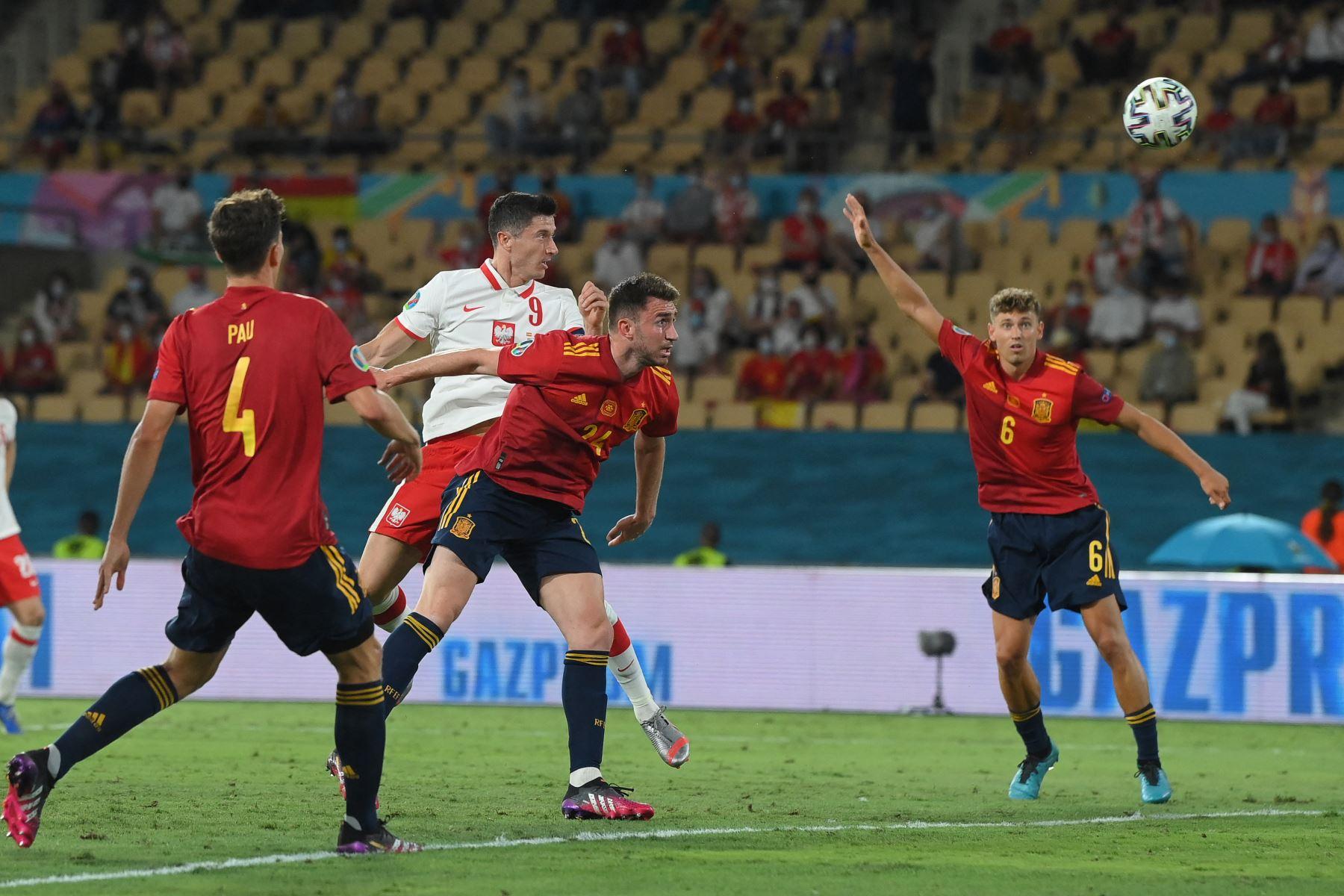 El delantero polaco Robert Lewandowski (CL) cabecea el balón cuando el defensor español Aymeric Laporte (CR) lo marca para marcar el empate durante el partido de fútbol del Grupo E de la UEFA EURO 2020 entre España y Polonia en el Estadio La Cartuja en Sevilla, España. Foto: AFP