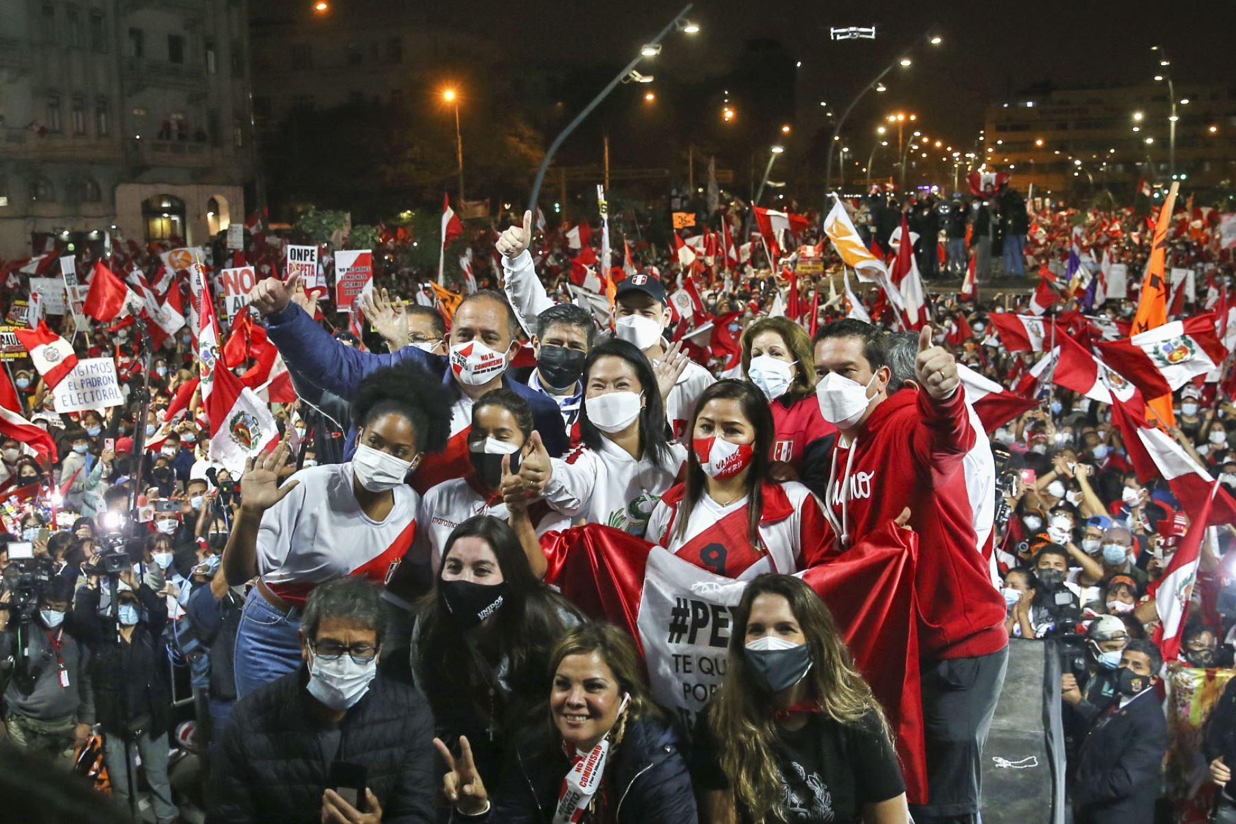 Candidata Keiko Fujimori y simpatizantes de Fuerza Popular participan en mitin en la alameda 28 de Julio, en el Cercado de Lima. Foto: ANDINA/Vidal Tarqui.