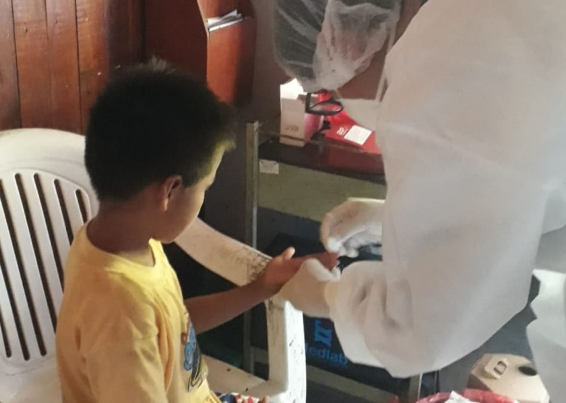 Brigadistas del Ministerio de Salud brindan atención en salud a más de 500 pobladores indígenas del Parque Nacional del Manu, en Madre de Dios.