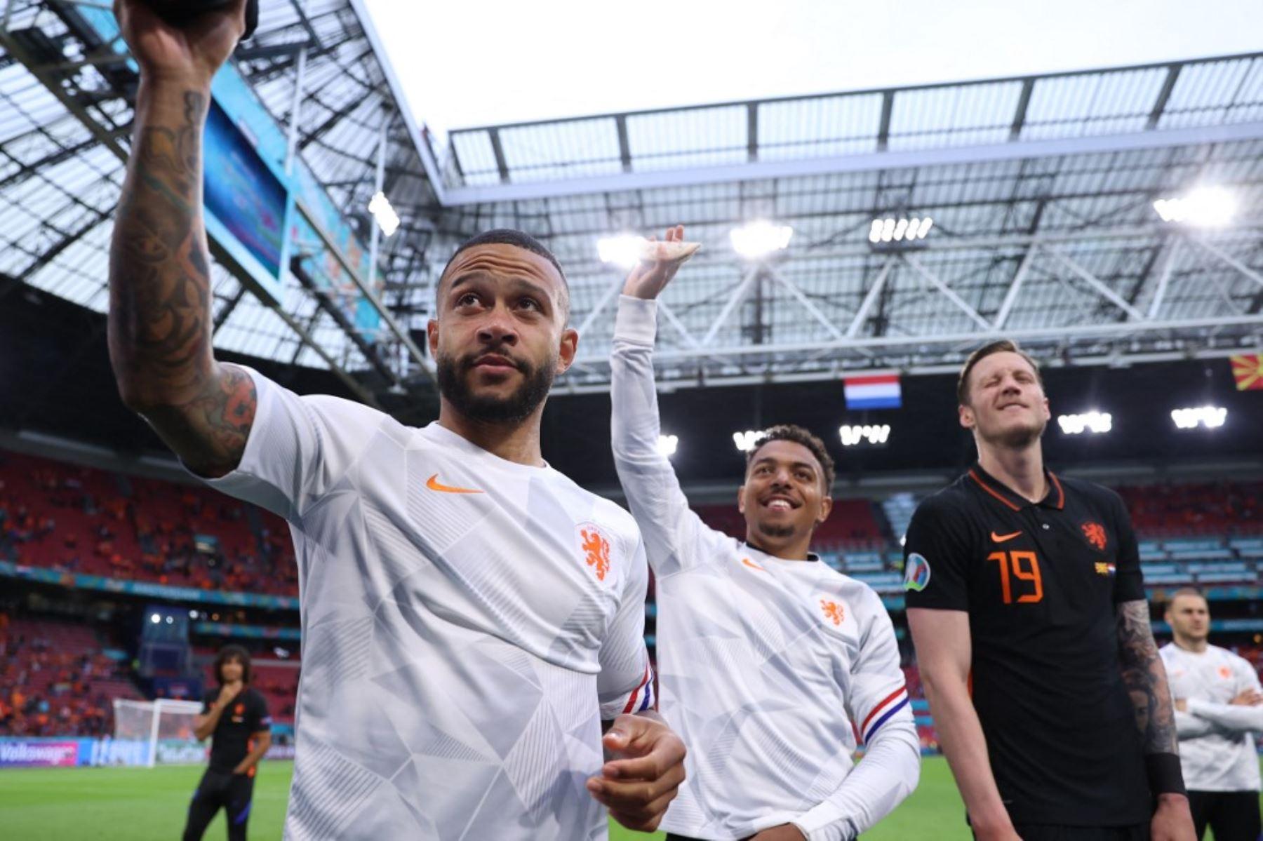 El delantero holandés Memphis Depay (L) celebra la victoria de su equipo al final del partido de fútbol del Grupo C de la UEFA EURO 2020 entre Macedonia del Norte y Holanda en el Johan Cruyff Arena de Ámsterdam el 21 de junio de 2021. Foto: AFP