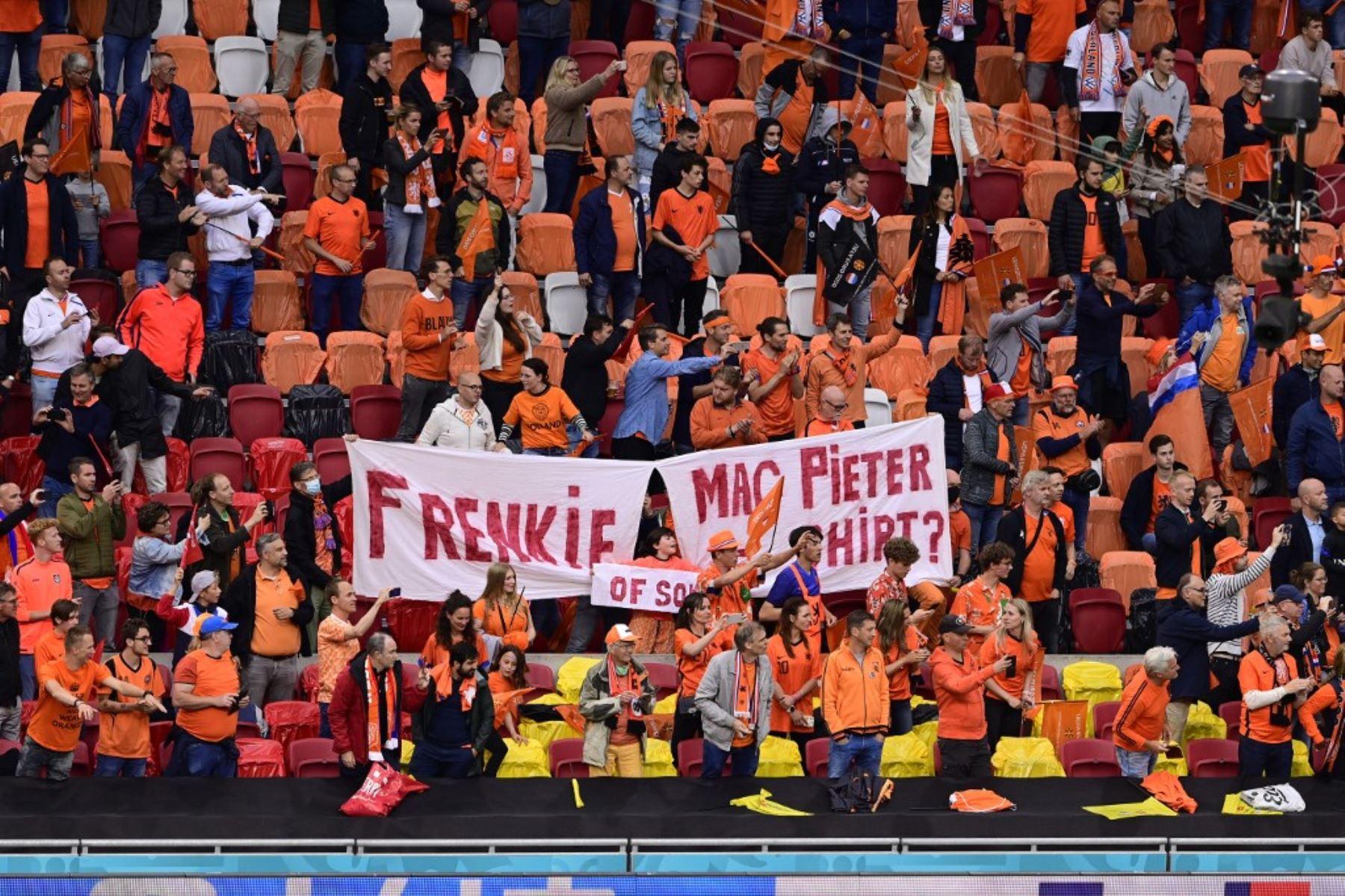 Los aficionados holandeses celebran la victoria de su equipo al final del partido de fútbol del Grupo C de la UEFA EURO 2020 entre Macedonia del Norte y Holanda en el Johan Cruyff Arena de Ámsterdam el 21 de junio de 2021. Foto: AFP