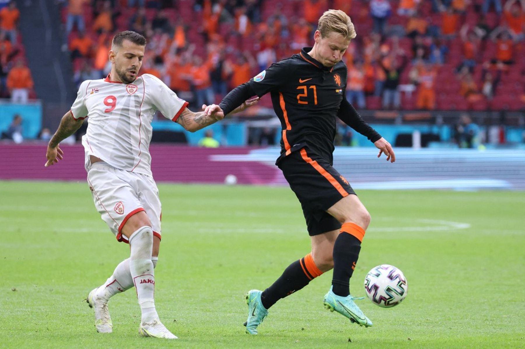 El delantero de Macedonia del Norte, Aleksandar Trajkovski, compite con el centrocampista holandés Frenkie de Jong (R) durante el partido de fútbol del Grupo C de la UEFA EURO 2020 entre Macedonia del Norte y Holanda en el Johan Cruyff Arena de Ámsterdam el 21 de junio de 2021. Foto: AFP