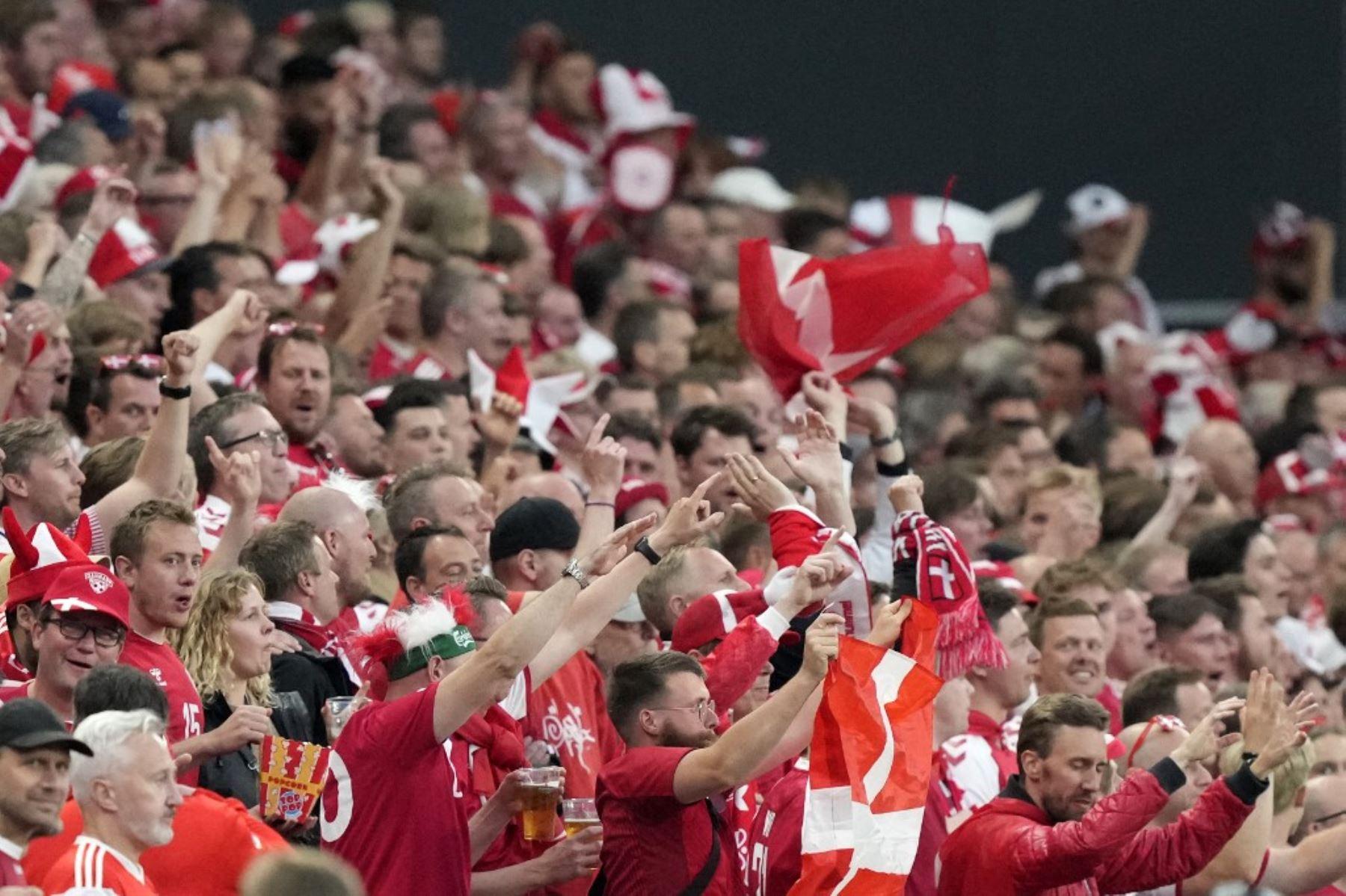 Los seguidores de Dinamarca vitorean durante el partido de fútbol del Grupo B de la UEFA EURO 2020 entre Rusia y Dinamarca en el estadio Parken de Copenhague el 21 de junio de 2021. Foto: AFP