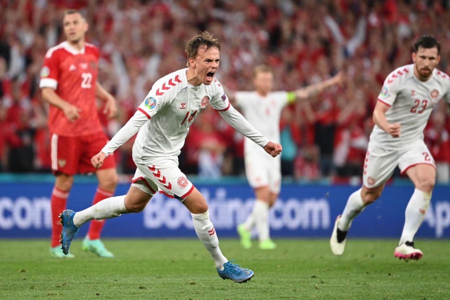 El delantero danés Mikkel Damsgaard celebra tras anotar el primer gol de su equipo durante el partido de fútbol del Grupo B de la UEFA EURO 2020 entre Rusia y Dinamarca en el estadio Parken de Copenhague el 21 de junio de 2021. Foto: AFP